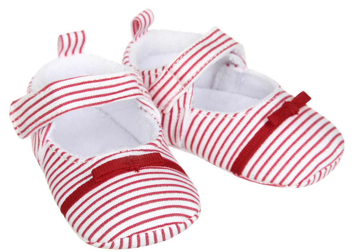 Пинетки для девочки Luvable Friends, цвет: красный, белый. 11134. Размер 6/12 месяцев11134Пинетки для девочки Luvable Friends, стилизованные под туфельки, станут стильным дополнением к гардеробу малышки. Изделие выполнено из хлопка и полиэстера.Модель дополнена удобной застежкой на липучке, надежно фиксирующей пинетки на ножке малышки. На стопе предусмотрен прорезиненный рельефный рисунок, благодаря которому ребенок не будет скользить. Изделие оформлено принтом в полоску, декорировано металлизированной блестящей нитью и очаровательным бантиком. Мягкие, не сдавливающие ножку материалы делают модель практичной и популярной. Такие пинетки - отличное решение для малышей и их родителей!