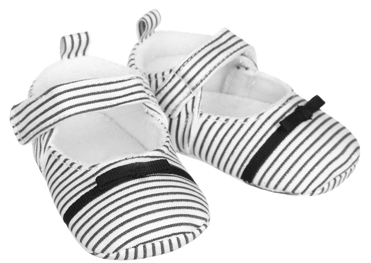 Пинетки для девочки Luvable Friends, цвет: черный, белый. 11131. Размер 12/18 месяцев11131Пинетки для девочки Luvable Friends, стилизованные под туфельки, станут стильным дополнением к гардеробу малышки. Изделие выполнено из хлопка и полиэстера.Модель дополнена удобной застежкой на липучке, надежно фиксирующей пинетки на ножке малышки. На стопе предусмотрен прорезиненный рельефный рисунок, благодаря которому ребенок не будет скользить. Изделие оформлено принтом в полоску, декорировано металлизированной блестящей нитью и очаровательным бантиком. Мягкие, не сдавливающие ножку материалы делают модель практичной и популярной. Такие пинетки - отличное решение для малышей и их родителей!