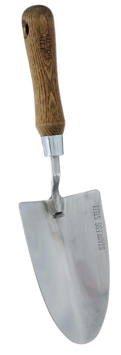 """Садовый совок Gardman """"Moulton Mill"""" изготовлен из высококачественной нержавеющей стали. Эргономичная рукоятка выполнена из древесины дуба. Нержавеющая сталь уменьшает прилипание почвы и комбинирует практичность и длительность использования. Совок предназначен для подготовки почвы при посадке растений, смешивания грунта и формирования посадочных ямок.   Характеристики:   Материал: нержавеющая сталь, дерево (дуб). Длина совка: 31,5 см. Размер рабочей поверхности: 8,5 см х 15 см.   Товары для садоводства от """"Gardman"""" - это вещи, сделанные с любовью, с истинно  английской практичностью, основанной на глубоких традициях садоводства  Великобритании.  Эти товары широко известны садоводам Европы, США, Канады и Японии. Демократичные  цены и продуманный ассортимент """"Gardman"""" завоевал признательность и российского  покупателя, достойного хороших, качественных вещей.  В ассортименте """"Gardman"""" есть практически все, что нужно современному садоводу - от  совочка для рассады до предметов декора и ландшафтного дизайна."""