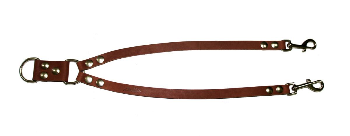 Сворка для собак Аркон Стандарт, цвет: коньячный, ширина 1,6 см, длина 57 смс16кСворка Аркон Стандарт выполнена из высококачественного металла и натуральной кожи. Это раздвоенный поводок с двумя карабинами, концы которых соединены одним кольцом. Изделие предназначено для вождения двух собак в общественных местах. Очень легкая, прочная и удобная в эксплуатации. Ширина сворки: 1,6 см.Длина сворки: 57 см.