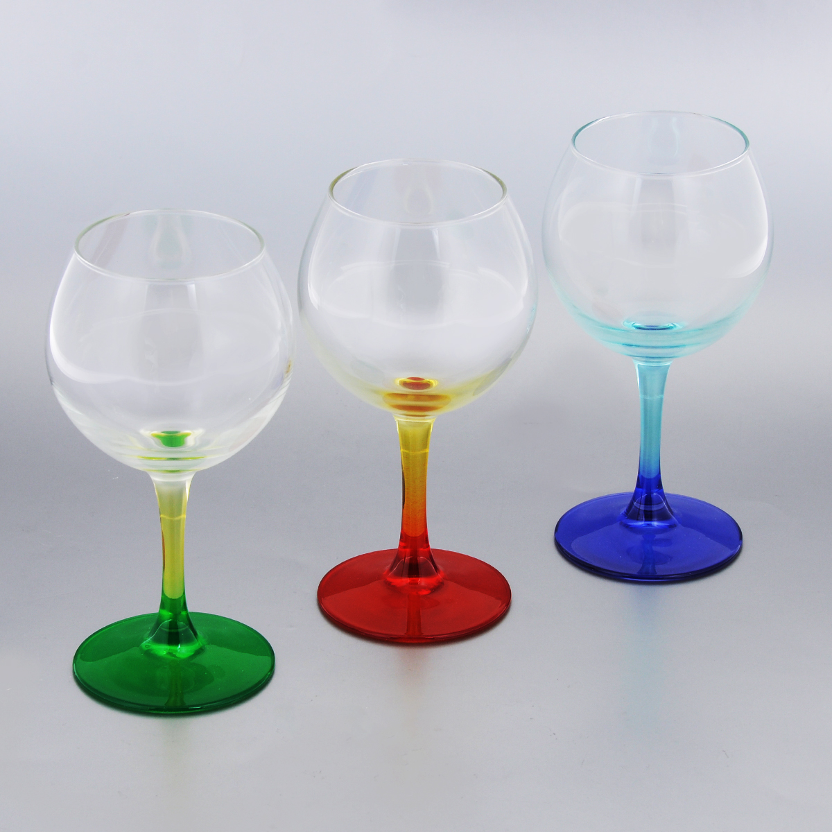 Набор фужеров для вина Luminarc Duos, 280 мл, 3 штH8362Набор Luminarc Duos состоит из трех классических фужеров, выполненных из прочного стекла. Изделия оснащены высокими цветными ножками и предназначены для подачи вина. Они сочетают в себе элегантный дизайн и функциональность. Благодаря такому набору пить напитки будет еще вкуснее.Набор фужеров Luminarc Duos прекрасно оформит праздничный стол и создаст приятную атмосферу за романтическим ужином. Такой набор также станет хорошим подарком к любому случаю.Можно мыть в посудомоечной машине.Диаметр фужера (по верхнему краю): 6 см. Высота фужера: 16,3 см.