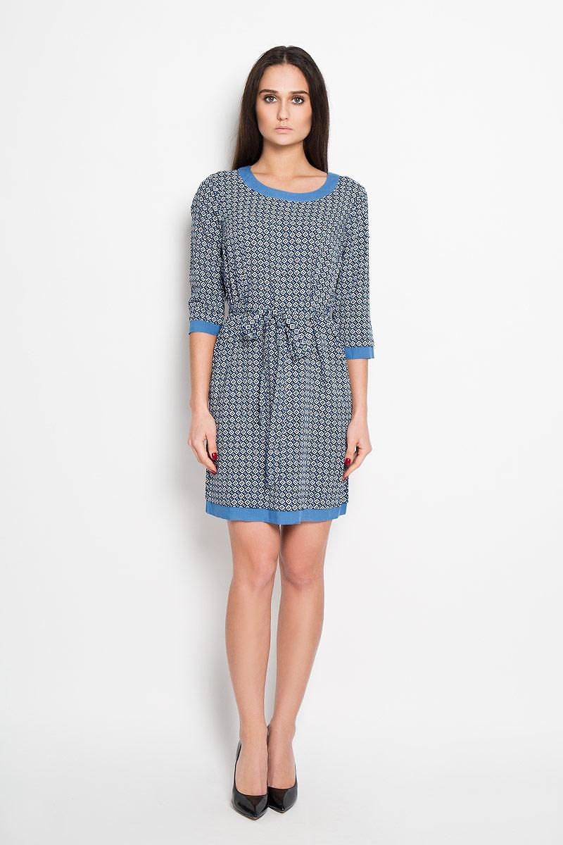 Платье Finn Flare, цвет: синий, белый, черный. B16-32023. Размер XS (42)B16-32023Стильное платье Finn Flare, выполненное из 100%-ой вискозы, приятное на ощупь, не сковывает движения, обеспечивая наибольший комфорт. Модель прямого кроя с круглым вырезом горловины и рукавами 3/4 оформлена оригинальным принтом. На спинке изделие застегивается петлями на две пуговицы. Платье дополнено текстильным поясом, который выделит линию талии и подчеркнет достоинства вашей фигуры.Это яркое платье станет отличным дополнением к вашему гардеробу!