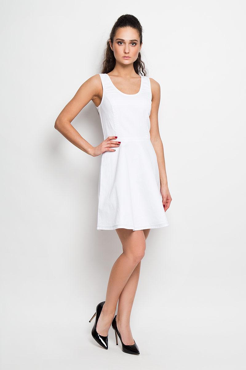 Платье Calvin Klein Jeans, цвет: белый. J2IJ204479. Размер S (42)Attraction Rete AntilopeСтильное платье Calvin Klein Jeans А-силуэта, изготовленное из высококачественного материала, не раздражает даже самую нежную и чувствительную кожу и хорошо вентилируется. Модель с круглым вырезом горловины, на широких бретелях. На спинке изделие застегивается на металлическую застежку-молнию, которая сверху дополнительно фиксируется при помощи крючка. Юбка снизу оформлена небольшой металлической пластиной с названием бренда.В таком наряде вы, безусловно, привлечете восхищенные взгляды окружающих.