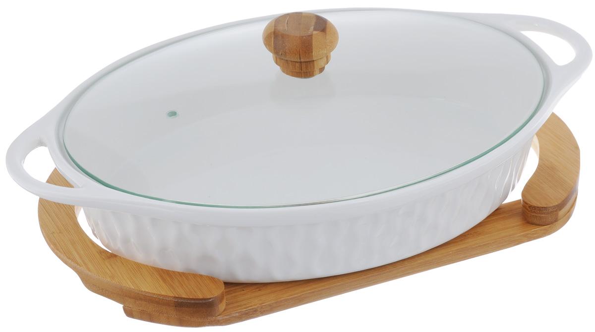 Блюдо для запекания и сервировки Elan Gallery Айсберг, с крышкой, на подставке, 900 мл540043Блюдо для запекания и сервировки серии Айсберг объемом 900 мл с стеклянной крышкой и деревянной подставкой выполнено из высококачественного фарфора, который выдерживает высокие температуры и прекрасно подходит для использования в духовке и микроволновой печи. Важно знать, что в микроволновой печи можно использовать только фарфоровую часть блюда, так как бамбуковая подставкане предназначена для воздействия микроволн. Блюдо овальной формы с ушками и рельефным рисунком по бортам и изящной подставкой, на которой очень удобно сервировать горячее блюдо к столу. Блюдо для запекания и сервировки Elan Gallery Айсберг несомненно впишется в любой интерьер благодаря лаконичному дизайну, натуральным материалам и высокой функциональности. Такому подарку будет рада любая хозяйка! Размер блюда: 29 х 17 х 12 см. Объем блюда: 900 мл.