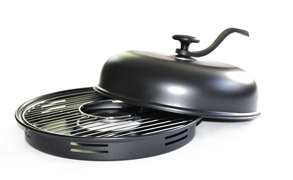 """Сковорода """"Гриль-газ"""" - это полноценный барбекю у вас  на  кухне! Можно насладиться вкусом любимых блюд из  мяса  курицы, рыбы, овощей и десертов. Продукты,  приготовленные на такой сковороде, проходят  термическую обработку по тому же принципу что и при приготовлении  продуктов на  традиционном  мангале и без добавления масла.   Изделия изготовлены из высококачественной  углеродистой  стали с керамическим покрытием. Такое  покрытие долговечно, безвредно, способно  выдерживать  нагрев до 400°C, а также устойчиво к возникновению  царапин. В комплект входят решетка-гриль,  специальный поддон-сковорода, съемная ручка и  крышка, которую  можно использовать в качестве отдельной сковороды.  Со сковородой """"Гриль-газ"""" вы получите здоровые и  низкокалорийные блюда, без жиров, дыма и  посторонних запахов.  Подходит для использования на газовых плитах.   Диаметр крышки-сковороды: 32 см."""
