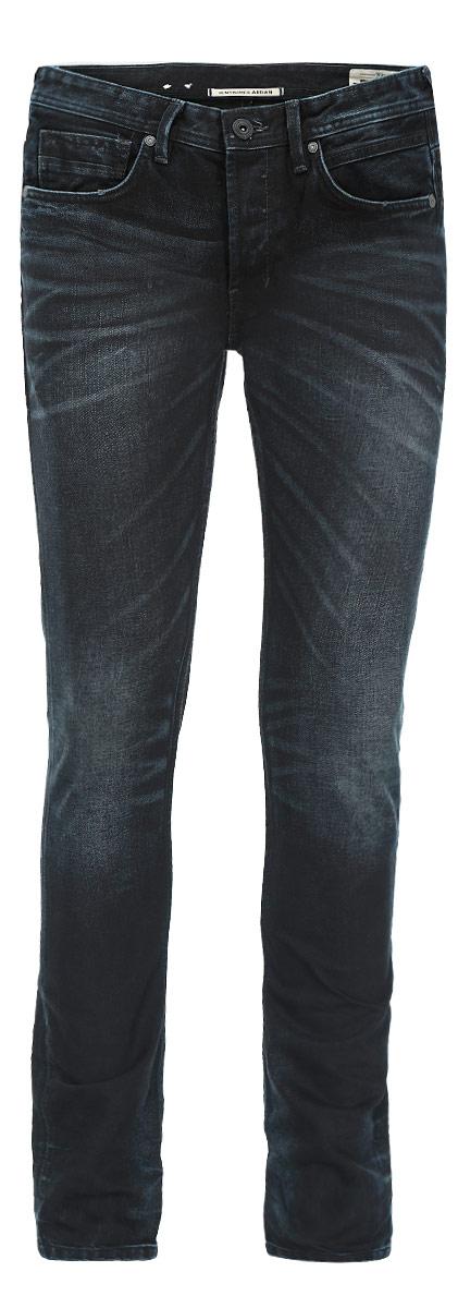 Джинсы мужские Tom Tailor Denim, цвет: темно-синий, черный. 6203549.00.12. Размер 31-32 (46/48-32)6203549.00.12Стильные мужские джинсы Tom Tailor Denim - джинсы высочайшего качества на каждый день, которые прекрасно сидят. Модель немного зауженного кроя по ноге и средней посадки изготовлена из 100% хлопка. Изделие оформлено тертым эффектом и перманентными складками.Застегиваются джинсы на пуговицу в поясе и три пуговицы на застежке-молнии, имеются шлевки для ремня. Спереди модель оформлены двумя втачными карманами и одним небольшим секретным кармашком, а сзади - двумя накладными карманами.Эти модные и в тоже время комфортные джинсы послужат отличным дополнением к вашему гардеробу. В них вы всегда будете чувствовать себя уютно и комфортно.