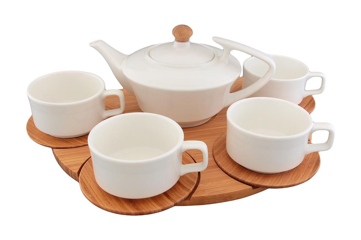 Чайный набор Elan Gallery Кристалл, на подставке, 10 предметов540020Набор для сервировки горячих напитков состоит из 10 предметов: чайник с крышкой, 4 чашки с блюдцами и подставка. Чашки и чайник выполнены из высококачественного фарфора, а блюдца и подставка из натурального бамбука. Набор позволит изящно накрыть стол к чаепитию, его удобно переносить и красиво подать: каждая чашка идет в комплекте с блюдцем, которое устойчиво расположено на деревянной подставке. Набор фарфоровой посуды с бамбуковой подставкой несомненно впишется в любой интерьер благодаря лаконичному дизайну, натуральным материалам и высокой функциональности. Такому подарку будет рада любая хозяйка! Объем чайника: 700 мл. Объем чашки: 180 мл.