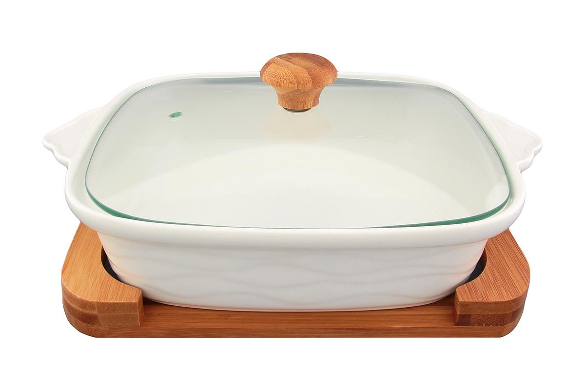 Блюдо для запекания и сервировки Elan Gallery Айсберг, с крышкой, на подставке, 1,3 л540041Блюдо для запекания и сервировки серии Айсберг объемом 1,3 л со стеклянной крышкой и деревянной подставкой выполнено из высококачественного фарфора, который выдерживает высокие температуры и прекрасно подходит для использования в духовке и микроволновой печи. Важно знать, что в микроволновой печи можно использовать только фарфоровую часть блюда, так как бамбуковая подставкане предназначен для воздействия микроволн.Блюдо квадратной формы с ушками и рельефным рисунком по бортам и изящной подставкой, на которой Блюдо для запекания и сервировки Elan Gallery Айсберг несомненно впишется в любой интерьер благодаря лаконичному дизайну, натуральным материалам и высокой функциональности. Такому подарку будет рада любая хозяйка!Размер блюда (с учетом ручек): 29 х 24 см.Высота стенки:13 см.Объем блюда: 1,3 л.