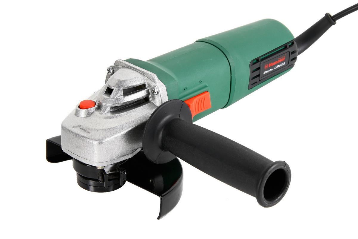 Машина шлифовальная Hammer Flex USM600A, угловая28442Компактная углошлифовальная машина Hammer Flex USM600A предназначена для шлифовки и резки (продольной и поперечной) такого материала как, металлические трубы и уголки, таврового профиля, швеллера, арматуры и многого другого схожего материала. Способна работать и под углом к поверхностям материала. Дополнительная ручка для комфортного хвата болгарки может фиксироваться в нескольких положениях. Двойная изоляция электроинструмента даст возможность его бытового использования. Функциональные особенности: Возможность работы под углом к поверхностям материалов; Компактность и малый вес - для удержания болгарки одной рукойКонструктивные особенности: Защитный кожух: для безопасности работы; Эластомерное покрытие исключает выскальзывание инструмента; Замена щеток без разбора корпуса; Защита от перегрева.