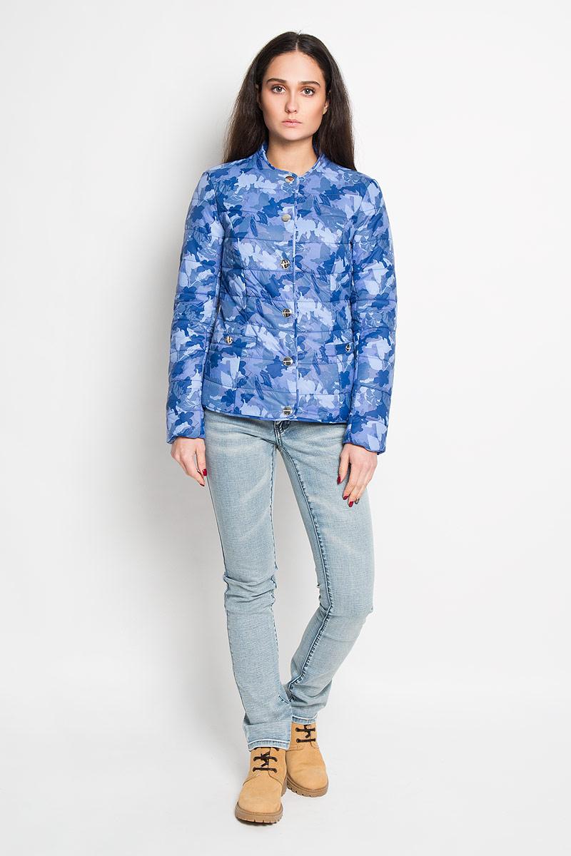 Куртка женская Finn Flare, цвет: синий, голубой. B16-32039. Размер XS (42)B16-32039Удобная женская куртка Finn Flare согреет вас в прохладную погоду и позволит выделиться из толпы. Модель с длинными рукавами и круглым вырезом горловины выполнена из прочного нейлона с подкладкой из полиэстера и синтепоновым наполнителем, и застегивается на кнопки. Куртка оформлена красочным цветочным принтом и дополнена двумя втачными карманами на кнопках спереди.Эта модная и в то же время комфортная куртка - отличный вариант для прогулок, она подчеркнет ваш изысканный вкус и поможет создать неповторимый образ.