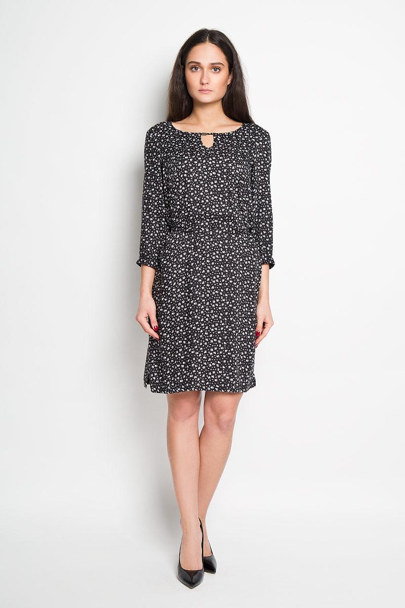 Платье Finn Flare, цвет: черный. B16-11056. Размер XS (42)B16-11056Элегантное платье Finn Flare выполнено из высококачественной вискозы. Такое платье обеспечит вам комфорт и удобство при носке.Модель с рукавами 3/4 и круглым вырезом горловины выгодно подчеркнет все достоинства вашей фигуры благодаря съемному текстильному поясу. Манжеты рукавов застегиваются на пуговицы, горловина дополнена металлическим украшением и оформлена декоративным вырезом. Платье украшено стильным цветочным принтом. Изысканное платье-миди создаст обворожительный и неповторимый образ.Это модное и удобное платье станет превосходным дополнением к вашему гардеробу, оно подарит вам удобство и поможет вам подчеркнуть свой вкус и неповторимый стиль.