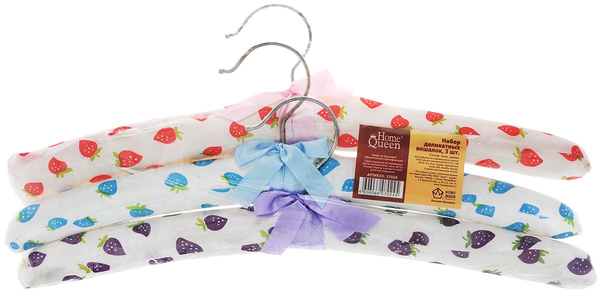 Набор вешалок для одежды Home Queen Клубничка, цвет: красный, голубой, фиолетовый, 3 шт57024Набор Home Queen Клубничка состоит из трех вешалок, изготовленных из дерева и текстиля. Вешалки идеально подойдут для деликатной одежды из шерсти и нежных тканей. Набор Home Queen Клубничка станет практичным и полезным в вашем гардеробе. С ним ваша одежда избежит ненужных растяжек и провисаний. Комплектация: 3 шт.Размер вешалки: 38 см х 3,5 см х 12 см.