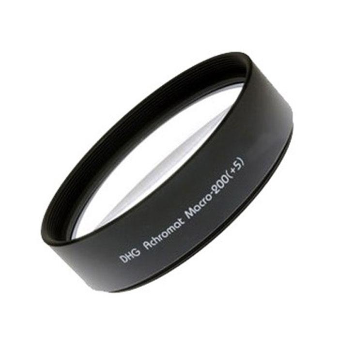 Marumi DHG Macro Achromat 200(+5) светофильтр (67 мм)WPC-UVСветофильтр Marumi DHG Macro Achromat 200(+5).Если ваш объектив не обладает режимом макросъемки - светофильтр Marumi DHG Achromat Macro-200(+5) предоставит такую возможность! Фильтр имеет число кратности +5 диоптрий, что позволяет использовать его для съемки ювелирных изделий, цветов, электронных деталей, где важным является резкость и точность изображения.Основной особенностью светофильтра Marumi DHG Achromat Macro-200(+5) является новое, двухстороннее просветление и использование ахроматической линзы, которая дает четкое изображение от края до края, что не удается ни одному другому производителю. Использование ахроматической линзы также позволило полностью устранить хроматические аберрации, выраженные в виде разноцветной радуги на контрастных объектах, что, несомненно, повлияло на качество изображения, несмотря на большую кратность.Специально разработанные тончайшие кольца для оправы фильтра надежны и функциональны. Они сделаны из легкого и прочного сплава, имеют специальное матовое покрытие, обладающее низкой степенью отражения. Наконец-то появилась возможность при макросъемке получать изображения высочайшего качества без использования дорогостоящих макро-объективов.