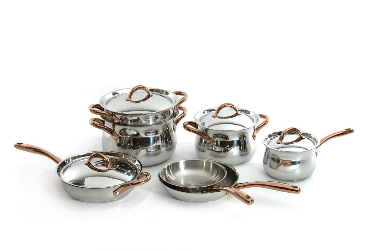 Набор посуды BergHOFFStudio, 11 предметов1111004Набор посуды BergHOFF Studio выполнен из высококачественной нержавеющей стали, которая обладает бактериостатическими свойствами. В набор входят ковш с крышкой, кастрюля с крышкой, бульонная кастрюля с крышкой, сотейник с крышкой, две сковороды, вставка-пароварка. Крепкие ручки обеспечивают безопасный и удобный хват. Трехслойное капсульное дно делает возможным эффективное приготовление пищи и равномерное распределение тепла по всей поверхности. Крышка обеспечивает эффективное закрытие: тепло сохраняется внутри изделия, что приводит к более быстрому разогреву. Благодаря стеклянной крышке можно наблюдать за ингредиентами в кастрюле в процессе приготовления пищи. Не нужно поднимать крышку, растрачивая энергию и вкусовые качества. Подходит для всех типов плит, включая индукционные. Можно использовать в посудомоечной машине. Диаметр ковша: 16 см. Объем ковша: 2,4 л.Диаметр кастрюли: 20 см. Объем кастрюли: 4,7 л.Объем бульонной кастрюли: 7,7 л.Диаметр бульонной кастрюли: 24 см.Диаметр сотейника: 24 см.Объем сотейника: 2,9 л.Диаметр сковородок: 20 см; 24 см. Диаметр вставки-пароварки: 24 см.
