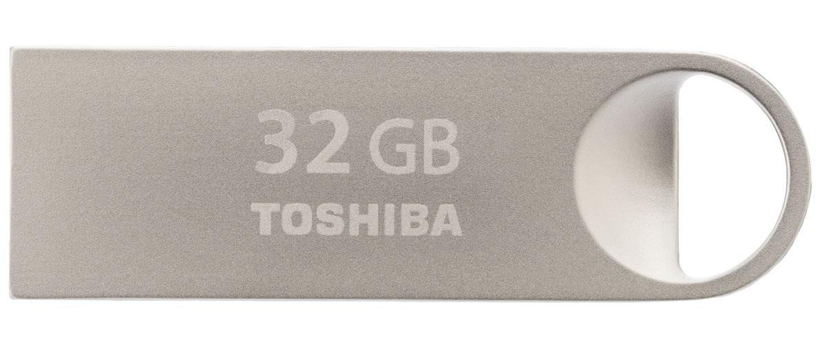 Toshiba Mini-Metal 32Gb, Silver USB-накопительTHN-U401S0320E4С накопителем Toshiba Mini-Metal ваша мультимедийная коллекция всегда с вами, куда бы вы не шли. Благодаряпредусмотренному дизайном отверстию для ремешка и весу всего в 1 г вы сможете с легкостью прикрепить мини- накопитель USB к цепочке для ключей.Элегантный удароустойчивый и пыленепроницаемый корпус стильного USB-накопителя выполнен извысококачественного металла премиум-класса.Мини-накопитель USB 2.0 имеет стандартный разъем типа A шириной 12 мм и высотой 4,5 мм. Совместим со всемипортами USB 2.0, которыми оснащены все ПК. Передача данных может осуществляться в обоих направлениях.