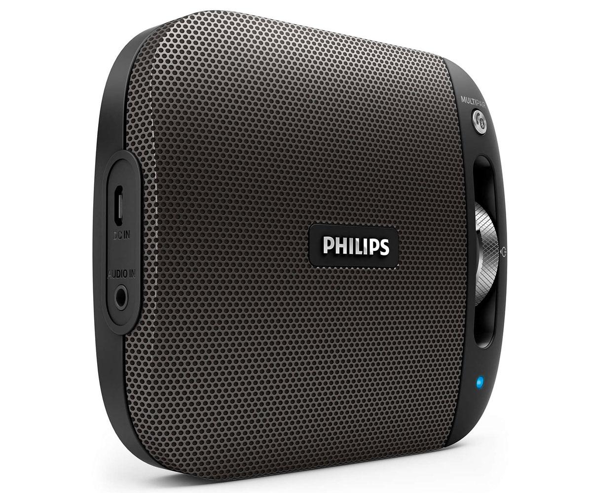 Philips BT2600B/00, Black портативная акустическая системаBT2600B/00Philips BT2600B/00 - это отличный звук, заключенный в компактном и стильном корпусе - удобство использования в любом месте. Алюминиевая отделка подчеркивает высокое качество изделия, а функция Bluetooth Multipair позволяет мгновенно передавать музыку между двумя устройствами.Bluetooth - надежная и энергоэффективная технология беспроводной связи малого радиуса действия, которая позволяет с легкостью подключать iPod/iPhone/iPad и другие Bluetooth-устройства, например смартфоны, планшетные компьютеры и ноутбуки. Теперь вы сможете без проводов воспроизводить на этой акустической системе любимую музыку и звук во время игр или просмотра видео. Функция антиклиппинга позволит вам даже при низком заряде батареи слушать музыку высокого качества на любой громкости. Она позволяет работать с входными сигналами от 300 мВ до 1000 мВ и воспроизводить звук без искажений. АС оснащены специальным микрочипом для антиклиппинга. Это дает возможность воспроизводить музыкальный сигнал так, как он проходит через усилитель, и сохранять пиковые значения в пределах диапазона усилителя. При этом устраняются искажения звука, вызванные ограничениями, без влияния на громкость. При низком уровне заряда батареи снижается возможность воспроизводить пиковые значения в музыке, но функция антиклиппинга снижает сами пиковые значения при разряде батареи. Слушайте музыку так громко, как вы хотите, в любое время и в любом месте. Никаких спутанных проводов, никаких розеток. Только наслаждение отличным качеством любимой музыки - благодаря встроенному аккумулятору и свободе движений. Выполняйте сопряжение одновременно с двумя смарт-устройствами и выбирайте любое из них для передачи музыки, без необходимости выполнения повторного сопряжения. Чтобы включить композицию на другом устройстве, приостановите воспроизведение на первом устройстве и включите его на втором. Благодаря встроенному микрофону эту АС можно использовать в качестве спикерфона. 