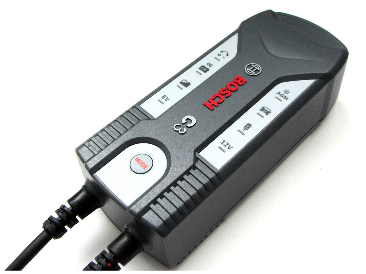 Устройство зарядное Bosch C3018999903МУстройство Bosch C3 сконструировано для заряда открытых и множества закрытых свинцово-кислотных аккумуляторов, которые используются в легковых автомобилях, мотоциклах и некоторых других транспортных средствах. Емкость аккумулятора при этом составляет от 6 В (1,2 Ач) до 6 В (14 Ач) или от 12 В (1,2 Ач) до 12 В (12 Ач).Специальная концепция устройства обеспечивает повторный заряд аккумулятора почти на 100% его емкости.Зарядное устройство имеет в общей сложности 4 режима заряда для различных аккумуляторов в различных состояниях. Благодаря этому обеспечивается эффективный и надежный заряд.Высокоэффективные защитные меры, предотвращающие неправильное использование и возникновение короткого замыкания, обеспечивают безопасную работу. Благодаря интегрированной схеме зарядное устройство начинает заряд лишь через несколько секунд после выбора режима заряда. За счет этого предотвращаются искры, часто возникающие во время подключения.Кроме того, управление зарядным устройством аккумулятора осуществляется с помощью внутреннего микрокомпьютерного модуля MCU.Устройство оснащено индикатором режима ожидания/питания, кнопкой выбора режима, защитой от неправильной полярности, индикатором степени заряженности, индикатором полной зарядки, индикатором подзаряда (мигает), индикатором режима работы 12 В.Режимы: 1 - 6 В (заряд), 2 - 12 В (заряд мотоцикла), 3 - 12 В (заряд автомобиля), 4 - 12 В (заряд зимой, AGM).Расчетное входное напряжение: 230 В/ 50 Гц.Ток включения: Расчетный входной ток: максимум 0,6 А.Потребляемая мощность: 60 Вт.Выходное напряжение: 6 В, 12 В.Зарядное напряжение: 14,7 В (+- 0,25 В), 14,4 В (+- 0,25 В), 7,2 В (+- 0,25 В).Зарядный ток: 3,8 А (+- 10%), 0,8 А (+- 10%).Выходной ток: 0,8 А/3,8 А.Пульсация: 150 мВ.Обратной ток: Степень защиты: IP 65.Тип аккумулятора: свинцово-кислотный аккумулятор 6 В + 12 В.Емкость аккумулятора: 6 В: 1,2 Ач-14 Ач, 12 В: 1,2 Ач - 120 Ач.Предохранитель (внутренний): 1,6 А.Уровень шума: Температура окружаю