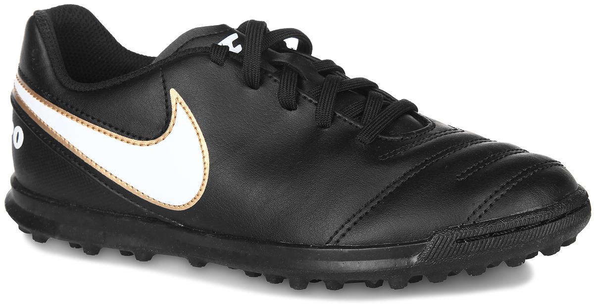 Бутсы для мальчика Nike Tiempo Rio III TF, цвет: черный, белый, золотистый. 819197-010. Размер 34,5819197-010Кроссовки Tiempo Rio III TF от Nike отличный вариант для игры в футбол. Верх модели выполнен из искусственной кожи и дополнен нашивками в виде логотипа бренда, на заднике - названием модели, на язычке - названием бренда. Классическая шнуровка гарантирует удобство и надежно фиксирует модель на стопе. Стелька EVA с текстильной поверхностью обеспечивает комфорт и отличную амортизацию. Мысок дополнительно прошит для увеличения износоустойчивости. Подошва с шипами гарантирует отличное сцепление с любым покрытием. В таких кроссовках ваш мальчик станет победителем!