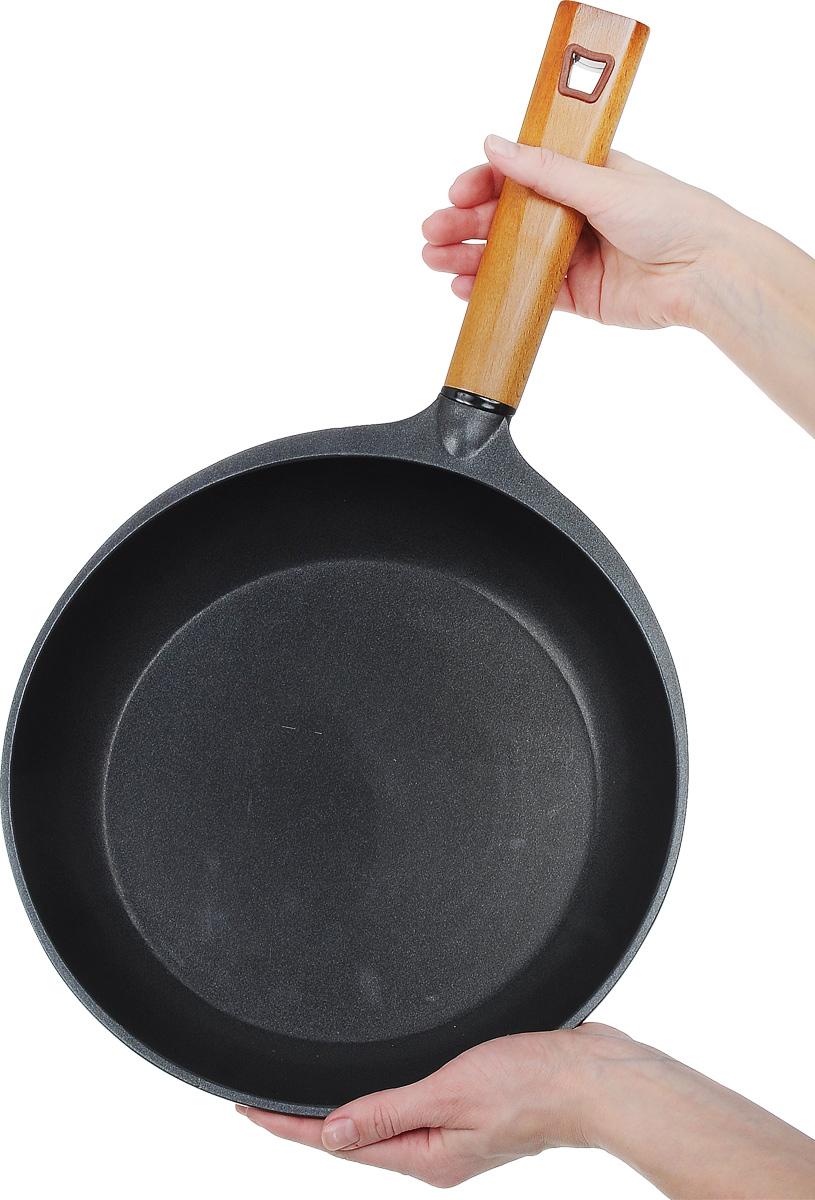 """Сковорода Rondell """"Zest"""" выполнена из литого  алюминия с трехслойным антипригарным  покрытием TriTitan. Благодаря утолщенным  стенкам и дну изделие прекрасно сохраняет  температуру и идеально подходит для блюд,  требующих длительного времени приготовления.  Можно использовать металлические лопатки.  Легко моется. Ручка из натурального бука  безопасна в использовании и оснащена  отверстием для подвешивания.  Подходит для всех типов плит, включая  индукционных. Не рекомендуется мыть в  посудомоечной машине.  Диаметр сковороды (по верхнему краю): 28 см.   Высота стенки: 5,5 см.  Длина ручки: 20 см.  Диаметр основания: 21,5 см.  Толщина стенок: 4 мм.  Толщина дна: 4 мм."""