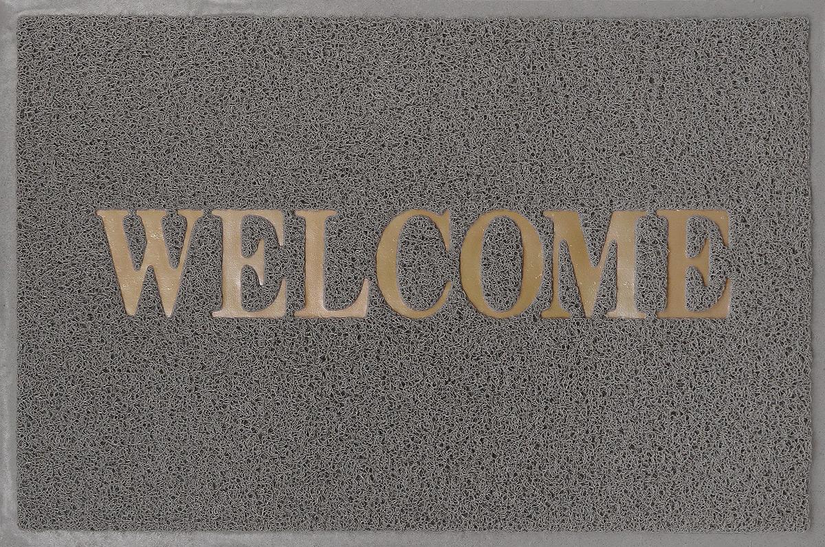 """Придверный коврик SunStep """"Spongy. Welcome"""",  выполненный из ПВХ, прост в  обслуживании, прочный и устойчивый к  различным погодным  условиям.  Его основа предотвращает скольжение по  гладкой поверхности и  обеспечивает надежную фиксацию.  Такой коврик надежно защитит помещение от  уличной пыли и грязи."""