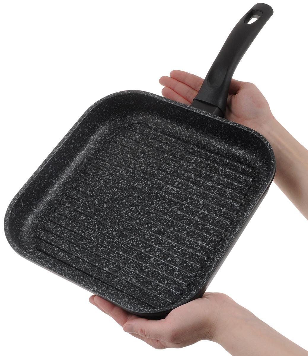 """Сковорода-гриль""""EcoWoo"""" изготовлена из высококачественного литого алюминия. Антипригарное покрытие и рифленая поверхность обеспечивают быстрый и равномерный нагрев. Кроме того, пища не пригорает и не прилипает к стенкам, можно готовить с минимальным добавлением масла и жиров. Комфортная ручка из термостойкого бакелита предотвращает выскальзывание, даже если у вас мокрые руки. EcoWoo - это посуда для безопасного приготовления и подачи блюд, натуральные товары для организация домашнего пространства и поддержания чистоты, аксессуары для здорового образа жизни. EcoWoo - признанное, истинное ЭКО. Подходит для газовых, электрических, стеклокерамических плит. Не подходит для индукционных плит. Не рекомендуется использование в посудомоечной машине. Размер по верхнему краю: 26 х 26 см.Высота стенки: 4,5 см. Толщина стенки: 5 мм.Толщина дна: 5 мм.Длина ручки: 19 см."""
