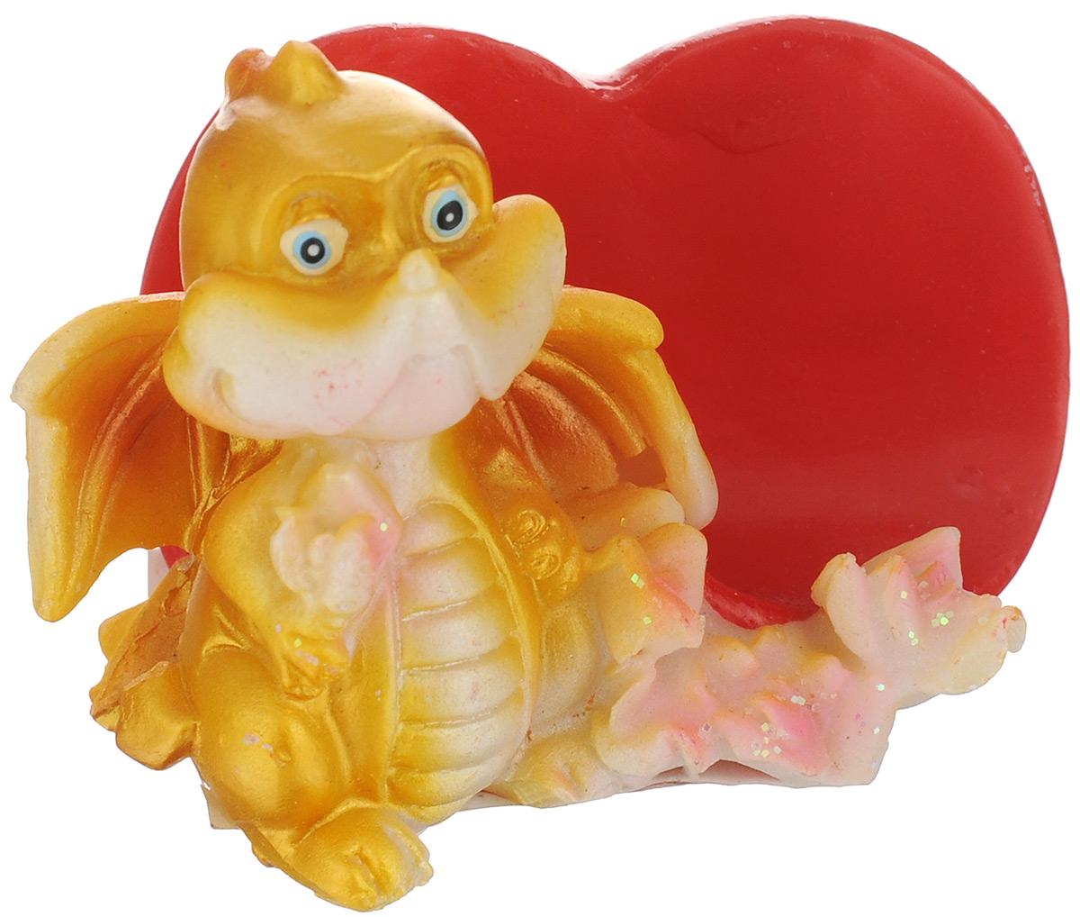 Статуэтка декоративная Lunten Ranta Влюбленный дракончик, с подставкой для визиток60273Очаровательная статуэтка Lunten Ranta Влюбленный дракончик станет оригинальным подарком для всех любителей стильных вещей. Она выполнена из полирезина в виде дракончика и имеет удобную подставку для визиток в виде сердца. Забавный сувенир станет прекрасным дополнением к интерьеру. Вы можете поставить статуэтку в любом месте, где она будет удачно смотреться и радовать глаз.Размер статуэтки: 6,5 х 4,5 х 4,5 см.