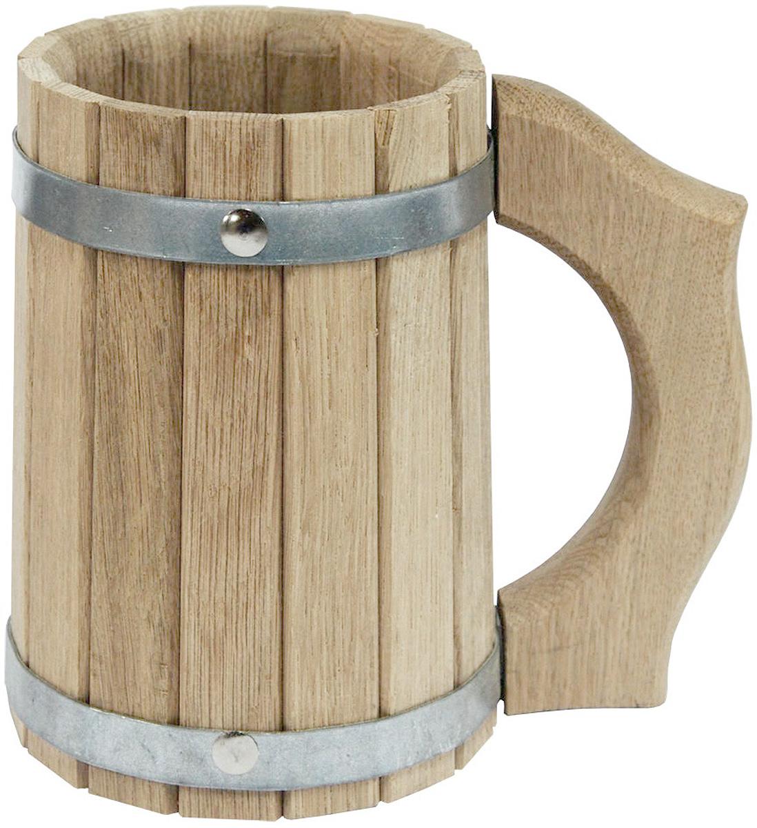 Кружка для бани и сауны Proffi Sauna, 1 лPS0049Кружка Proffi Sauna выполнена из натурального дуба с двумя металлическими обручами и резной ручкой. Она просто незаменима для подачи напитков, приготовления отваров из трав и ароматических масел, также подходит для декора или в качестве сувенира.Эксплуатация бондарных изделий. Перед первым использованием бондарное изделие рекомендуется подготовить. Для этого нужно наполнить изделие холодной водой и оставить наполненным на 2-3 часа. Затем необходимо воду слить, обдать изделие сначала горячей, потом холодной водой.Не рекомендуется оставлять бондарные изделия около нагревательных приборов, а также под длительным воздействием прямых солнечных лучей.С момента начала использования бондарного изделия не рекомендуется оставлять его без воды на срок более 1 недели. Но и продолжительное время хранить в таких изделиях воду тоже не следует.После каждого использования необходимо вымыть и ошпарить изделие кипятком. В качестве моющих средств желательно использовать пищевую соду либо раствор горчичного порошка.Правильное обращение с бондарными изделиями позволит надолго сохранить их эксплуатационные свойства и продлить срок использования! .Объем кружки: 1 л. Диаметр по верхнему краю: 10,5 см. Высота стенки: 16 см. Длина ручки: 14 см.
