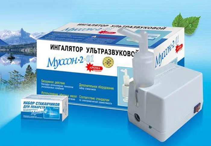 Ультразвуковой ингалятор Муссон-2-01Муссон-2-01Компактный, легкий, бесшумный ингалятор Муссон-2-01 Ультразвуковой эффективен при лечении и профилактики различных заболеваний, например: бронхит, грипп, бронхиальная астма, ОРЗ, ОРВИ, фарингит, возрастные изменения слизистой оболочки дыхательных путей, легких. Может использоваться с водорастворимыми лекарственными препаратами. Для создания аэрозоля в ингаляторе используются ультразвуковые колебания, которые воздействуют на лекарственный раствор. В комплект входит: ингалятор -1 шт., штуцер - 2 шт., крышка стакана - 1 шт., стаканчик д/лек № 10 -1 шт., сетевой адаптер -1 шт., гар. талон - 1 шт., рук. по экспплуатации - 1шт.