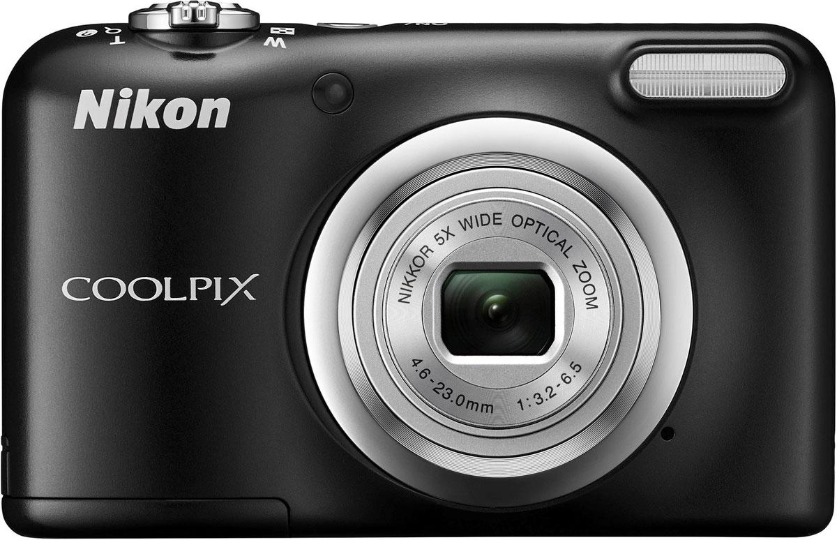 Nikon CoolPix A10, Black цифровая фотокамераVNA981E1Фотокамера Nikon CoolPix A10 с удобной рукояткой и понятным расположением кнопок была создана с акцентом на простоту. Объектив NIKKOR с 5-кратным оптическим зумом позволяет как запечатлевать интересные выражения лиц, так и создавать групповые снимки, на которых поместятся все присутствующие.Простота в использовании и 16,1 эффективных мегапикселей:Сочетание простоты в использовании и мощной 16-мегапиксельной матрицы гарантируют получение великолепных изображений с высоким разрешением и удовольствие от процесса съемки.Удобная рукоятка и понятное расположение кнопок:Удобная рукоятка обеспечивает устойчивость фотокамеры и способствует получению четких снимков, а понятное и функциональное расположение кнопок существенно упрощает управление фотокамерой.Объектив NIKKOR с 5-кратным оптическим зумом:Универсальный широкоугольный объектив NIKKOR с 5-кратным оптическим зумом (26-130 мм в эквиваленте формата 35 мм) позволяет не только создавать групповые снимки общим планом, но и снимать удаленные объекты с большим увеличением, не беспокоясь о том, что изображения получатся смазанными.Жк-монитор TFT с диагональю 6,7 см и разрешением прибл. 230 тыс. точек:Большой и яркий ЖК-монитор позволяет легко компоновать кадры во время видео- и фотосъемки, обеспечивая четкость изображения при просмотре.Автовыбор сюжета:Съемка без всяких усилий благодаря функции Автовыбор сюжета: фотокамера автоматически выбирает наиболее подходящий сюжетный режим для любых условий съемки, например, Пейзаж, Ночной портрет или Макро. В фотокамере предусмотрены 15 сюжетных режимов, что позволяет подобрать тот, который оптимально соответствует условиям съемки. В каждом режиме фотокамера оптимизирует настройки, чтобы достичь наилучшей экспозиции для конкретных условий, что гарантирует великолепные снимки даже в сложных ситуациях.Запись видеороликов в формате HD (720p):Вы можете без труда перейти от фотосъемки к записи плавных видеороликов в формате HD одним каса