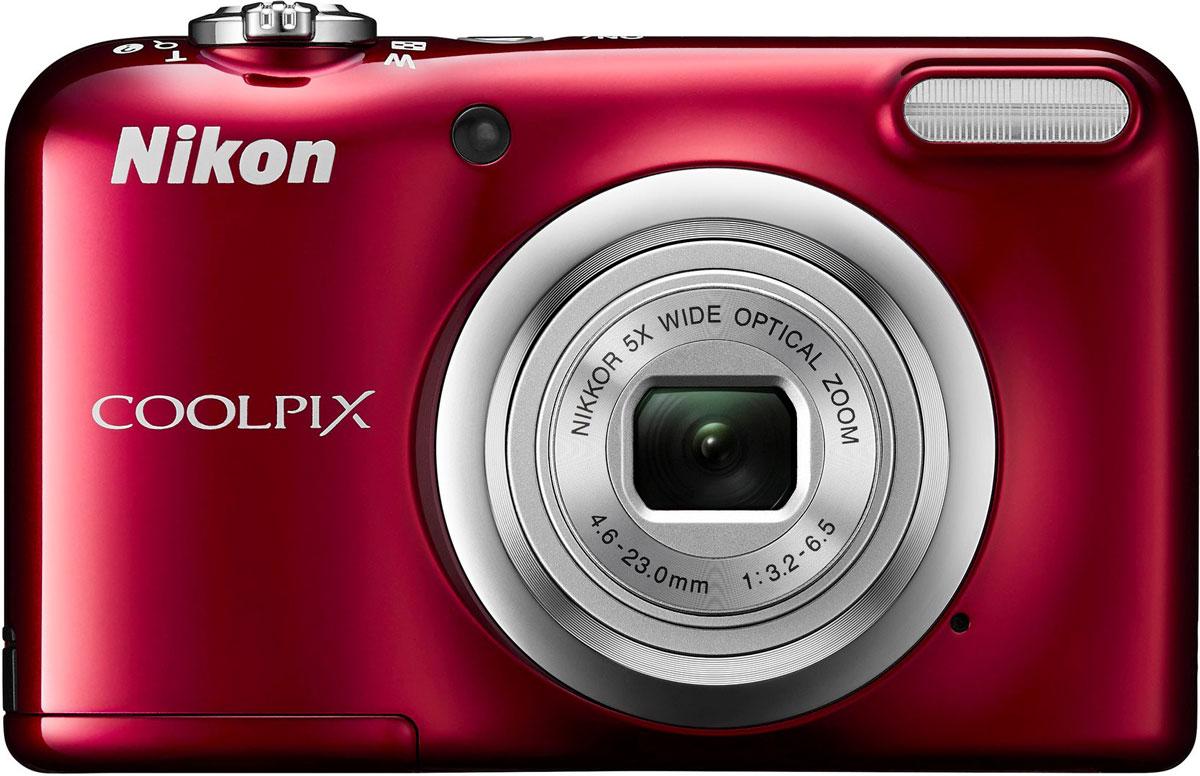 Nikon CoolPix A10, Red цифровая фотокамераVNA982E1Фотокамера Nikon CoolPix A10 с удобной рукояткой и понятным расположением кнопок была создана с акцентом на простоту. Объектив NIKKOR с 5-кратным оптическим зумом позволяет как запечатлевать интересные выражения лиц, так и создавать групповые снимки, на которых поместятся все присутствующие.Простота в использовании и 16,1 эффективных мегапикселей:Сочетание простоты в использовании и мощной 16-мегапиксельной матрицы гарантируют получение великолепных изображений с высоким разрешением и удовольствие от процесса съемки.Удобная рукоятка и понятное расположение кнопок:Удобная рукоятка обеспечивает устойчивость фотокамеры и способствует получению четких снимков, а понятное и функциональное расположение кнопок существенно упрощает управление фотокамерой.Объектив NIKKOR с 5-кратным оптическим зумом:Универсальный широкоугольный объектив NIKKOR с 5-кратным оптическим зумом (26-130 мм в эквиваленте формата 35 мм) позволяет не только создавать групповые снимки общим планом, но и снимать удаленные объекты с большим увеличением, не беспокоясь о том, что изображения получатся смазанными.Жк-монитор TFT с диагональю 6,7 см и разрешением прибл. 230 тыс. точек:Большой и яркий ЖК-монитор позволяет легко компоновать кадры во время видео- и фотосъемки, обеспечивая четкость изображения при просмотре.Автовыбор сюжета:Съемка без всяких усилий благодаря функции Автовыбор сюжета: фотокамера автоматически выбирает наиболее подходящий сюжетный режим для любых условий съемки, например, Пейзаж, Ночной портрет или Макро. В фотокамере предусмотрены 15 сюжетных режимов, что позволяет подобрать тот, который оптимально соответствует условиям съемки. В каждом режиме фотокамера оптимизирует настройки, чтобы достичь наилучшей экспозиции для конкретных условий, что гарантирует великолепные снимки даже в сложных ситуациях.Запись видеороликов в формате HD (720p):Вы можете без труда перейти от фотосъемки к записи плавных видеороликов в формате HD одним касани