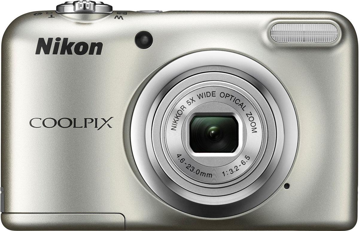 Nikon CoolPix A10, Silver цифровая фотокамераVNA980E1Фотокамера Nikon CoolPix A10 с удобной рукояткой и понятным расположением кнопок была создана с акцентом на простоту. Объектив NIKKOR с 5-кратным оптическим зумом позволяет как запечатлевать интересные выражения лиц, так и создавать групповые снимки, на которых поместятся все присутствующие.Простота в использовании и 16,1 эффективных мегапикселей:Сочетание простоты в использовании и мощной 16-мегапиксельной матрицы гарантируют получение великолепных изображений с высоким разрешением и удовольствие от процесса съемки.Удобная рукоятка и понятное расположение кнопок:Удобная рукоятка обеспечивает устойчивость фотокамеры и способствует получению четких снимков, а понятное и функциональное расположение кнопок существенно упрощает управление фотокамерой.Объектив NIKKOR с 5-кратным оптическим зумом:Универсальный широкоугольный объектив NIKKOR с 5-кратным оптическим зумом (26-130 мм в эквиваленте формата 35 мм) позволяет не только создавать групповые снимки общим планом, но и снимать удаленные объекты с большим увеличением, не беспокоясь о том, что изображения получатся смазанными.Жк-монитор TFT с диагональю 6,7 см и разрешением прибл. 230 тыс. точек:Большой и яркий ЖК-монитор позволяет легко компоновать кадры во время видео- и фотосъемки, обеспечивая четкость изображения при просмотре.Автовыбор сюжета:Съемка без всяких усилий благодаря функции Автовыбор сюжета: фотокамера автоматически выбирает наиболее подходящий сюжетный режим для любых условий съемки, например, Пейзаж, Ночной портрет или Макро. В фотокамере предусмотрены 15 сюжетных режимов, что позволяет подобрать тот, который оптимально соответствует условиям съемки. В каждом режиме фотокамера оптимизирует настройки, чтобы достичь наилучшей экспозиции для конкретных условий, что гарантирует великолепные снимки даже в сложных ситуациях.Запись видеороликов в формате HD (720p):Вы можете без труда перейти от фотосъемки к записи плавных видеороликов в формате HD одним кас