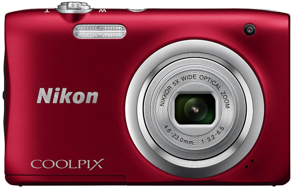 Nikon CoolPix A100, Red цифровая фотокамераVNA972E1Ваши снимки будут незабываемыми благодаря 20,1-мегапиксельной ПЗС-матрице Nikon CoolPix A100, а объектив NIKKOR с 5-кратным оптическим зумом (расширяемый до 10-кратного с помощью функции Dynamic Fine Zoom) поможет создавать великолепные портреты друзей и родных крупным планом. Выбирайте специальные эффекты в процессе съемки или примените быстрые эффекты к полученным изображениям, чтобы создать оригинальные фотографии прямо на фотокамере.Стильная, компактная и простая в использовании:Эта стильная фотокамера настолько компактна и легка (ее вес - всего 119 г вместе с батареей и картой памятиSD), что она практически неощутима в сумке или кармане, и поэтому ее можно носить с собой повсюду. Крометого, она проста в использовании, поэтому вы всегда будете готовы запечатлеть нужный момент.Объектив NIKKOR с 5-кратным оптическим зумом:Благодаря объективу NIKKOR с 5-кратным оптическим зумом (26-130 мм в эквиваленте формата 35 мм), которыйможно расширить до десятикратного с помощью функции Dynamic Fine Zoom, вы можете создавать каквеликолепные групповые портреты, так и прекрасные снимки крупным планом. С его помощью вы сможетеприблизиться к центру событий и запечатлеть незабываемые выражения лиц участников.ПЗС-матрица с разрешением 20,1 эффективных мегапикселей:Матрица с большим количеством пикселей гарантирует получение четких изображений с высокимразрешением, которые можно увеличивать во много раз.Автовыбор сюжета:С легкостью создавайте отличные снимки с помощью функции Автовыбор сюжета, когда фотокамераавтоматически выбирает наиболее подходящий сюжетный режим для конкретных условий съемки, например,Портрет, Ночной портрет или Макро. В фотокамере предусмотрены 16 сюжетных режимов, таких какСпорт, Пляж или Портрет питомца, что позволяет подобрать режим, идеально соответствующий условиямсъемки. В каждом режиме фотокамера оптимизирует настройки, чтобы достичь наилучшей экспозиции дляконкретных условий, что гарантирует получение ч