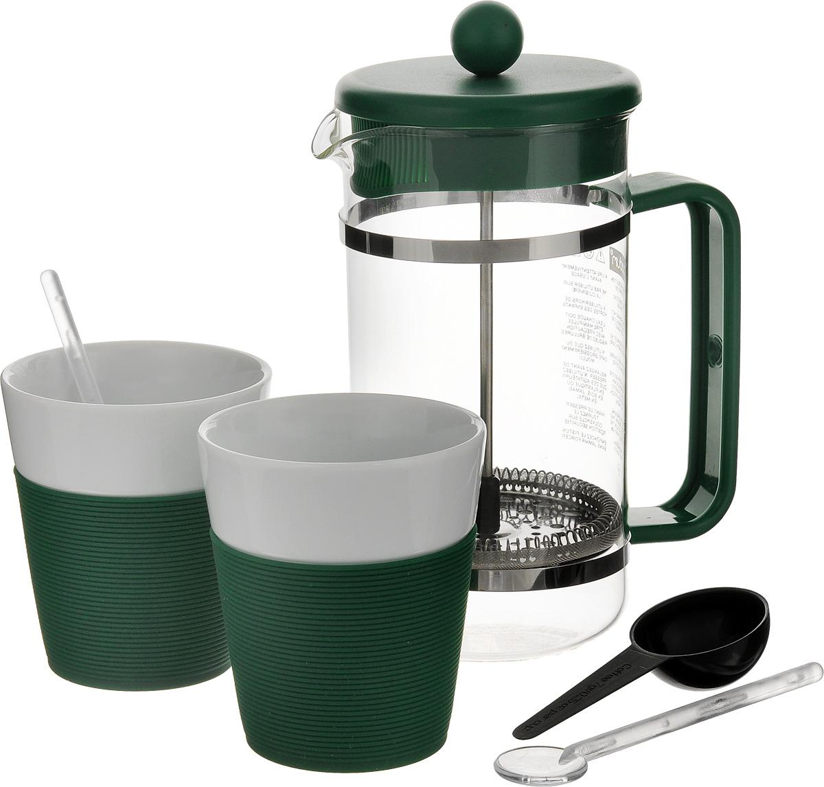 Набор кофейный Bodum Bistro, цвет: зеленый, белый, 5 предметов. AK1508-XY-Y15AK1508-XY-Y15_зеленыйКофейный набор Bodum Bistro состоит из чайника френч-пресса, 2 стаканов и 2 ложек. Френч-пресс выполнен из высококачественного жаропрочного стекла, нержавеющей стали и пластика. Френч-пресс - это заварочный чайник, который поможет быстро приготовить вкусный и ароматный чай или кофе. Металлический нержавеющий фильтр задерживает чайные листочки и частички зерен кофе. Засыпая чайную заварку или кофе под фильтр, заливая горячей водой, вы получаете ароматный напиток с оптимальной крепостью и насыщенностью. Остановить процесс заваривания легко, для этого нужно просто опустить поршень, и все уйдет вниз, оставляя сверху напиток, готовый к употреблению. Для френч-пресса предусмотрена специальная пластиковая ложечка. Элегантные стаканы выполнены из высококачественного фарфора и оснащены резиновой вставкой, защищающей ваши руки от высоких температур. В комплекте - 2 мерные ложечки, выполненные из пластика. Яркий и стильный набор украсит стол к чаепитию и станет чудесным подарком к любому случаю. Изделия можно мыть в посудомоечной машине.Объем френч-пресса: 1 л. Диаметр френч-пресса (по верхнему краю): 10 см. Высота френч-пресса: 21,5 см. Объем стакана: 300 мл. Диаметр стакана по верхнему краю: 8,5 см. Высота стакана: 10 см. Длина глубокой ложечки: 10 см.Длина ложечек: 14 см.