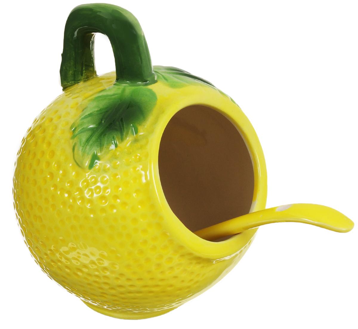 Банка для соли Elan Gallery Лимон, с ложкой, 250 мл110740Банка для соли Elan Gallery Лимон, изготовленная из высококачественной керамики, подойдет не только для соли, но и для сахара, специй и даже меда. Благодаря наклонной форме и ручке, она очень удобна в использовании. Изделие оформлено в виде лимона и имеет изысканный внешний вид. В комплект входит ложечка. Такая банка для соли стильно оформит интерьер кухни. Диаметр банки (по верхнему краю): 5 см.Высота банки (с учетом ручки): 10,5 см.Общая длина ложки: 12 см.Диаметр рабочей поверхности ложки: 3 см.