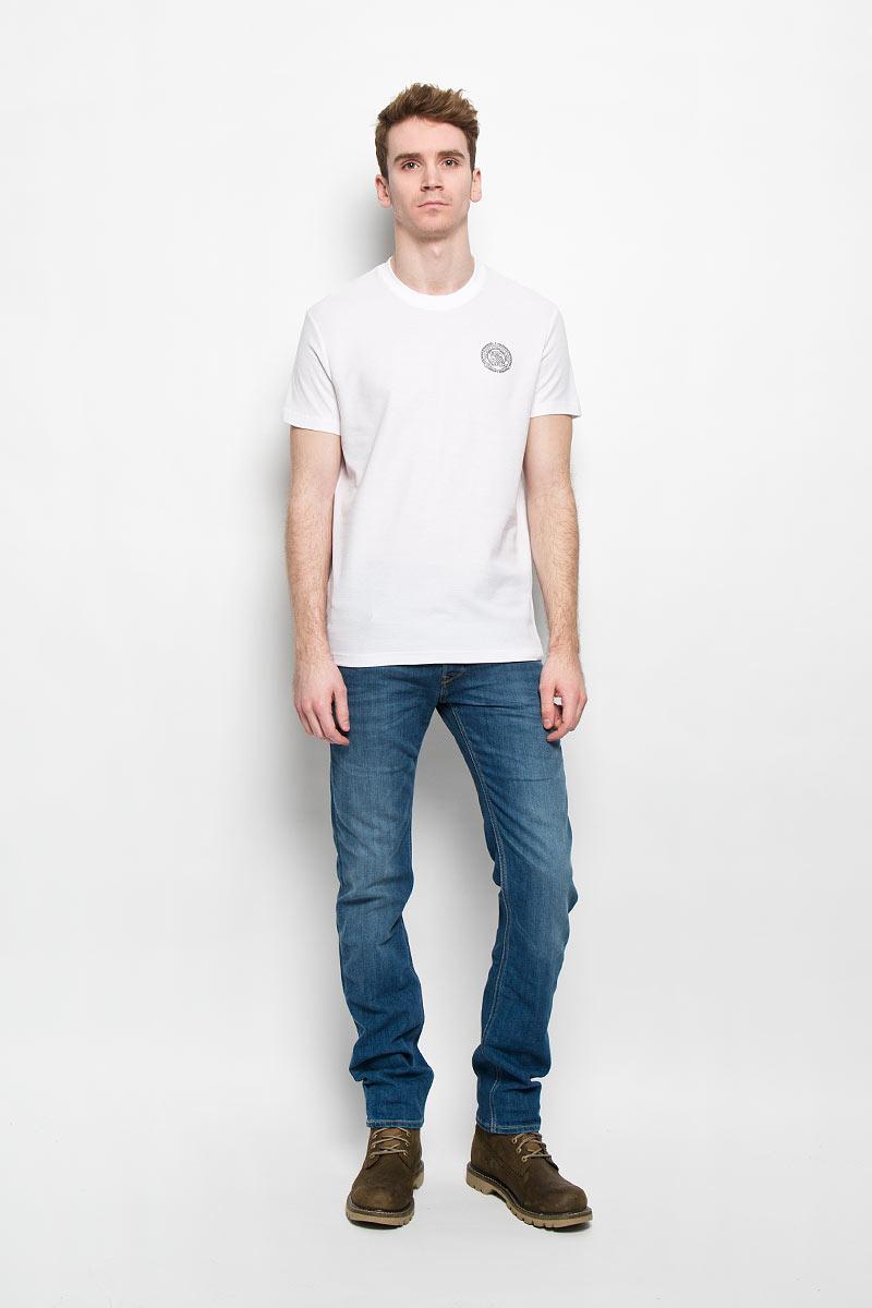 Футболка мужская Finn Flare, цвет: белый. B16-42013. Размер XL (52)B16-42013Стильная мужская футболка Finn Flare, выполненная из натурального хлопка, необычайно мягкая и приятная на ощупь, не сковывает движения и позволяет коже дышать, обеспечивая комфорт. Модель с круглым вырезом горловины и короткими рукавами спереди оформлена фирменной символикой бренда. Вырез горловины дополнен трикотажной эластичной резинкой, что предотвращает деформацию при носке. Футболка Finn Flare станет отличным дополнением к вашему гардеробу.