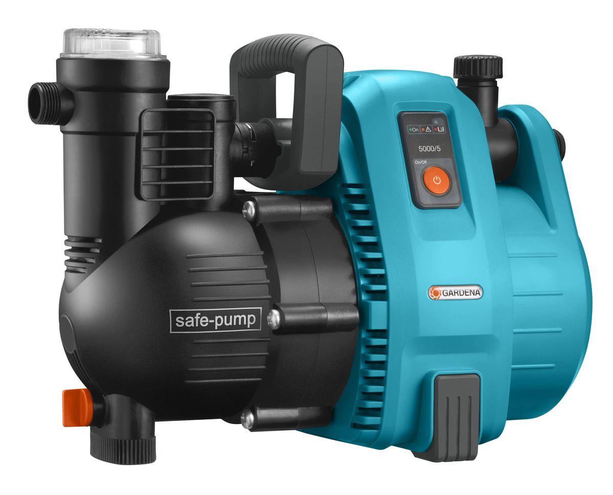 Насос садовый Gardena 5000/5 Comfort01734-20.000.00Садовый насос 5000/5 GARDENA характеризуется высокой надежностью и минимальным уровнем шума при использовании в саду или дома. Высокая мощность всасывания и способность выдерживать высокое давление делает насос идеальным инструментом для полива, повышения давления, передачи или откачки водопроводной воды, дождевой воды или хлорированной воды бассейна. Инновационный механизм защиты насоса обеспечивает его высокую надежность и длительный срок службы. Яркий светодиодный индикатор позволяет контролировать рабочий процесс и дает представление о возникающих неполадках. Защитный выключатель автоматически заканчивает работу насоса во избежание его повреждения. Насос и пользователь максимально защищены. Встроенный фильтр предварительной очистки гарантирует бесперебойную работу насоса. Наличие двух выходов (один из которых откидной) позволяет подключать и использовать одновременно два поливочных инструмента. Насос прост и удобен в использовании. Широкое заливочное горло упрощает наполнение насоса перед первым использованием, а эргономичная ручка обеспечивает удобство транспортировки. Резиновые опоры обеспечивают устойчивость насоса, а также бесшумную эксплуатацию практически без вибраций. В преддверии морозной погоды насос легко опорожняется с помощью дренажной резьбовой пробки. Для увеличения срока службы продукции компания GARDENA использует материалы только высокого качества. Наличие керамических элементов и двойного уплотнения между двигателем и рабочим колесом обеспечивает безопасность эксплуатации и защиту насоса от повреждений. Термовыключатель защищает двигатель от перегрузок. Примечание: Насосы GARDENA не предназначены для перекачивания соленой воды, агрессивных и легко воспламеняющихся жидкостей, а также пищевых продуктов.Максимальная производительность по нагнетанию: 5000 л/ч.Максимальное давление: 5 Бар. Максимальная высота самовсасывания: 8 м. Тип силового кабеля: H07 RNF.