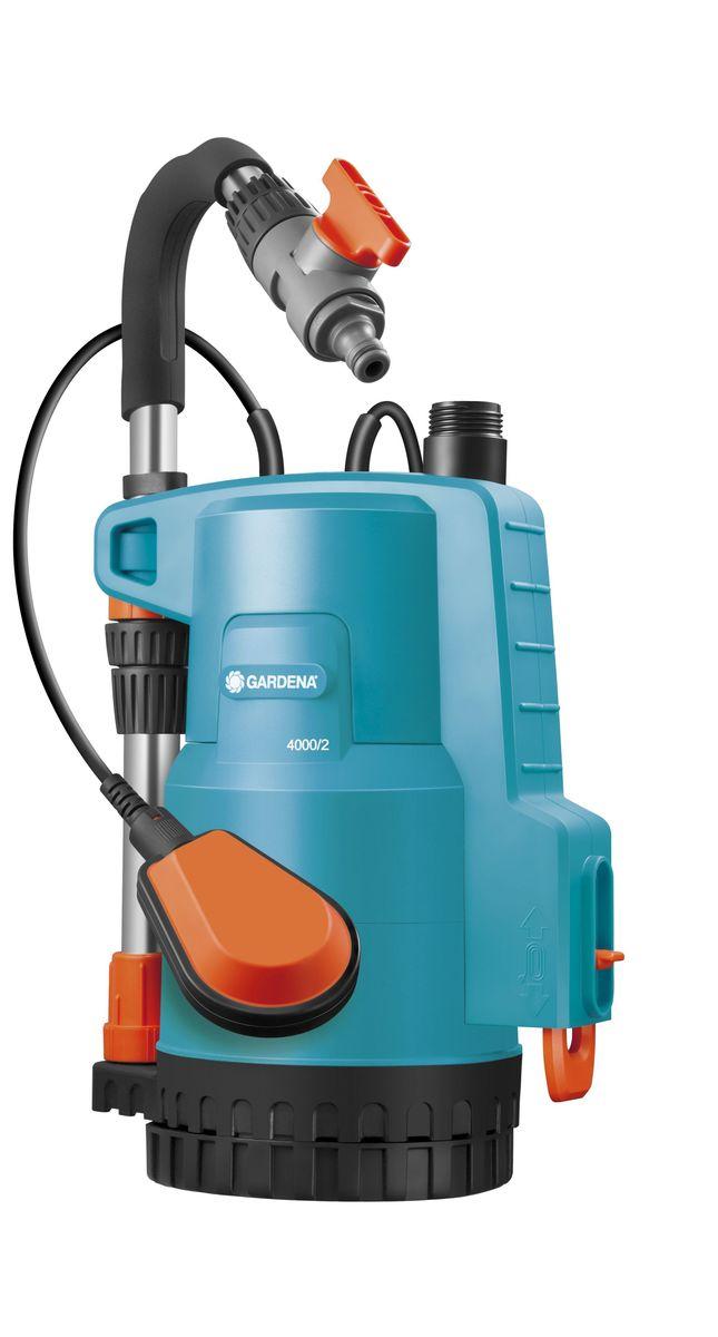 Насос Gardena 4000/2 Classic, для резервуаров с дождевой водой01740-20.000.00Благодаря насосу 4000/2 GARDENA вы можете использовать дождевую воду из резервуара для полива своего сада. Предназначен для удобного наполнения резервуаров для воды или комфортного полива путем подключения к шлангу наконечников, распылителей GARDENA или системы микрокапельного полива Micro-Drip-System. Предусмотрена возможность подключения дождевателя. Практичная функция: насос также может использоваться для откачки воды. Благодаря тому, что насос выполнен только из высококачественных материалов, пользователю гарантирована высокая эффективность и почти бесшумная работа насоса. Не требующий технического обслуживания тихий конденсаторный двигатель обеспечивает эффективную перекачку воды с помощью двухступенчатого рабочего колеса насоса. Наличие встроенного фильтра обеспечивает защиту насоса от повреждений, а дополнительное опорное основание предотвращает всасывание крупных загрязняющих частиц. Наличие поплавкового выключателя защищает насос от работы всухую: при слишком низком уровне воды насос автоматически выключается. Насос прост и удобен в использовании. Высота телескопической штанги плавно регулируется, как и расход воды. Для компактного хранения и удобной транспортировки телескопическая штанга легко крепится к насосу и одновременно используется как переносная ручка. Силовой кабель обматывается вокруг держателя насоса для аккуратного хранения.Максимальная производительность по нагнетанию: 4000 л/ч.Максимальное давление: 2 Бар.Тип силового кабеля: H05 RNF.