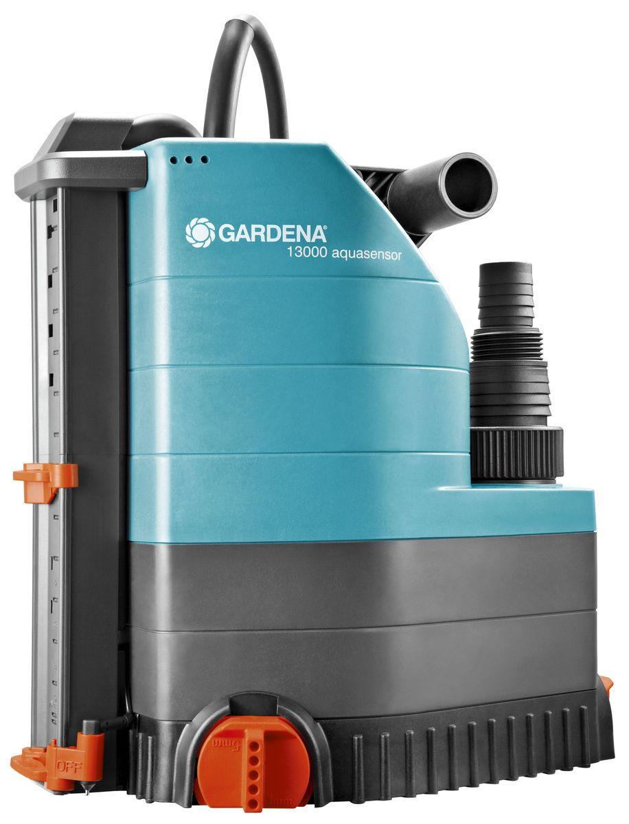 Насос дренажный Gardena 13000 Aquasensor Comfort, для чистой воды01785-20.000.00Только представьте, что в ваше отсутствие подвальный этаж затопило. Избежатьподобных сюрпризов поможет дренажный насос 13000 аquasensor Comfort GARDENA.Встроенный датчик уровня воды aquasensor обеспечивает автоматическое включениенасоса, когда вода достигает уровня в 5 мм, после чего начинается быстрая и эффективнаяоткачка воды. Благодаря этому ваш дом даже в ваше отсутствие будет защищен отсущественных повреждений. Как правило, уровень воды, при котором происходитвключение и выключение насоса, плавно регулируется. Поворотное основание насосаобеспечивает возможность откачивания воды до минимального остаточного уровня в 1мм, то есть практически досуха. Это самый удобный и безопасный способ откачки воды.Компактная конструкция насоса обеспечивает удобство его использования даже на узкихучастках. Насос позволяет эффективно откачивать или перекачивать чистую или слегказагрязненную воду с содержанием загрязняющих частиц диаметром до 5 мм. Надежныйкорпус насоса, выполненный из укрепленного стекловолокном пластика, износостойкоерабочее колесо насоса и малошумный, не требующий технического обслуживанияконденсаторный двигатель с термовыключателем для защиты от перегрузок, гарантируютдлительный срок эксплуатации насоса. Очень компактный и надежный насос снабженсиловым универсальным кабелем длиной 10 м, который может использоваться даже набольшой глубине. Наличие универсального соединителя позволяет подключать к насосушланг диаметром 13 мм (1/2 дюйма), 16 мм (5/8 дюйма), 19 мм (3/4 дюйма), 25 мм (1 дюйм)и 38 мм (1 1/2 дюйма).Максимальная производительность по нагнетанию: 13000 л/ч. Максимальное давление: 0,8 Бар. Тип силового кабеля: H07 RNF.