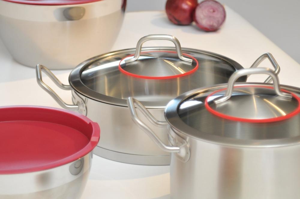 """Набор посуды BergHOFF """"Hotel Line"""" выполнен из высококачественной  нержавеющей стали, которая обладает бактериостатическими свойствами. В  набор входят 2 кастрюли с крышками, бульонная кастрюля с  крышкой, сотейник с крышкой, 2 миски с крышками. Крепкие ручки  обеспечивают безопасный и удобный хват. Трехслойное капсульное дно делает  возможным эффективное приготовление пищи и равномерное распределение  тепла по всей поверхности. Крышка обеспечивает эффективное закрытие: тепло  сохраняется внутри изделия, что приводит к более быстрому  разогреву.  Благодаря стеклянной крышке можно наблюдать за ингредиентами в кастрюле в  процессе приготовления. Ее не нужно поднимать, растрачивая энергию и  вкусовые качества.  Подходит для всех типов плит, включая индукционные. Можно использовать в  посудомоечной машине.  Диаметр кастрюль: 18 см; 20 см.  Объем кастрюль: 3 л; 3,9 л. Объем бульонной кастрюли: 7 л. Диаметр бульонной кастрюли: 24 см. Объем сотейника: 3,6 л. Диаметр сотейника: 24 см. Диаметр мисок: 20 см: 24 см."""