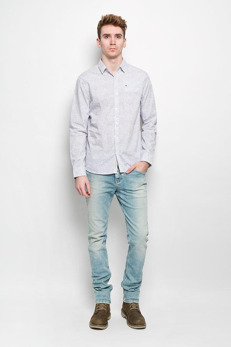 Рубашка мужская Calvin Klein Jeans, цвет: белый, темно-синий. J3IJ303554. Размер L (48/50)1530744.00.10Мужская рубашка Calvin Klein Jeans подчеркнет ваш уникальный стиль. Изготовленная из натурального хлопка, она мягкая и приятная на ощупь, не сковывает движения и позволяет коже дышать, обеспечивая наибольший комфорт. Рубашка с отложным воротником и длинными рукавами застегивается на пуговицы по всей длине. На груди расположен прорезной карман. Манжеты рукавов также застегиваются на пуговицы. Модель оформлена мелким принтом по всей поверхности, украшена вышитым логотипом бренда.Стильная рубашка подарит вам комфорт в течение всего дня и займет достойное место в вашем гардеробе.
