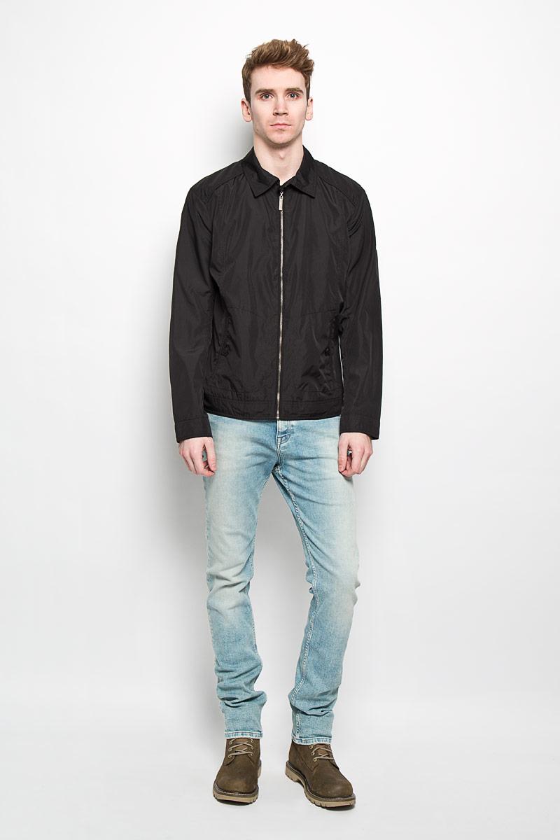 Куртка мужская Finn Flare, цвет: черный. B16-21006. Размер M (48)B16-21006Стильная мужская куртка Finn Flare, рассчитанная на прохладную погоду, поможет вам почувствовать себя максимально комфортно. Модель прямого кроя изготовлена из полиэстера с подкладкой и застегивается по всей длине на металлическую застежку-молнию. Куртка с отложным воротником и длинными рукавами дополнена боковыми прорезными карманами, закрывающимися на хлястики с пуговицами. Манжеты так же застегиваются на пуговицы. С внутренней стороны изделия предусмотрены прорезной карман на молнии, карман с клапаном на пуговице и нашивной карман на пуговице. Куртка декорирована металлической пластиной логотипа бренда на левом рукаве. Стильная и легкая куртка займет достойное место в вашем гардеробе.Модная фактура ткани, отличное качество, великолепный дизайн.
