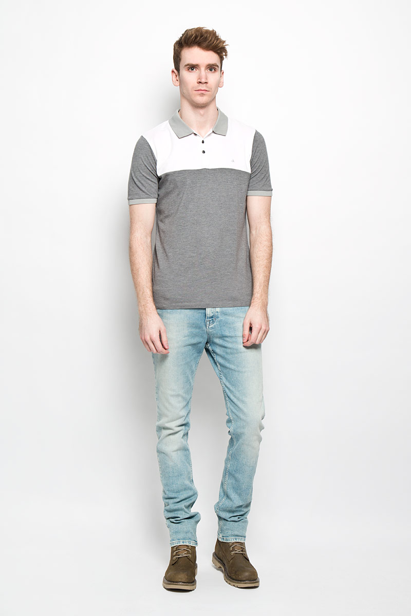 Поло мужское Calvin Klein Jeans, цвет: серый, белый. J3EJ303547. Размер L (48/50)L719BCQDМужская футболка-поло Calvin Klein Jeans подчеркнет ваш уникальный стиль. Изготовленная из натурального хлопка, она мягкая и приятная на ощупь, не сковывает движения и позволяет коже дышать, обеспечивая наибольший комфорт. Футболка-поло с отложным воротником и короткими рукавами застегивается сверху на три пуговицы. Воротник и манжеты рукавов выполнены из трикотажной резинки. По бокам модели предусмотрены небольшие разрезы. Изделие украшено на груди вышитым логотипом бренда.Такая модель подарит вам комфорт в течение всего дня и займет достойное место в вашем гардеробе.
