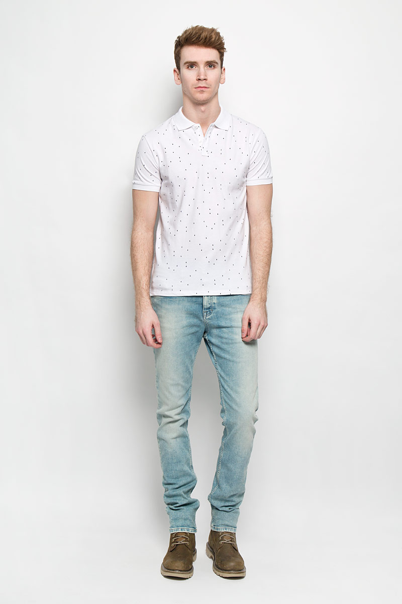 Поло мужское Baon, цвет: белый, темно-синий. B706015. Размер XL (52)B706015Стильная мужская футболка-поло Baon идеальный вариант для создания образа в стиле Casual. Изготовленная из натурального хлопка, она мягкая и приятная на ощупь, не сковывает движения и позволяет коже дышать, обеспечивая наибольший комфорт. Футболка-поло с отложным воротником и короткими рукавами застегивается сверху на две пуговицы. Воротник и манжеты рукавов выполнены из трикотажной резинки. По бокам модели предусмотрены небольшие разрезы. Изделие украшено мелким принтом по всей поверхности. Такая модель подарит вам комфорт в течение всего дня и займет достойное место в вашем гардеробе.