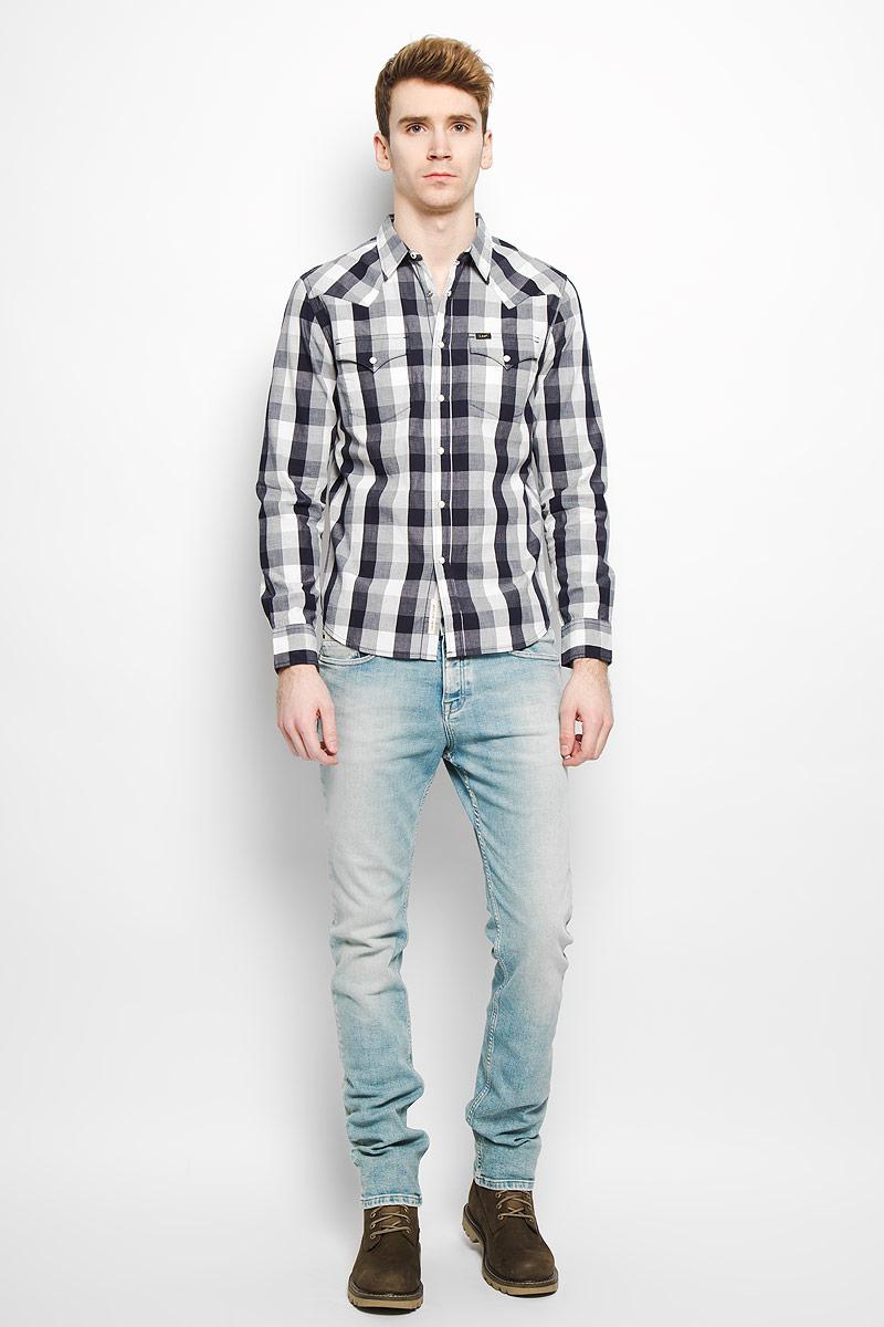 Рубашка мужская Lee, цвет: темно-синий, белый. L643ZO01. Размер XL (52)L643ZO01Стильная мужская рубашка Lee, выполненная из натурального хлопка, мягкая и приятная на ощупь, не сковывает движения и позволяет кожедышать, обеспечивая комфорт. Модель с отложным воротником и длинными рукавами застегивается на металлические кнопки по всей длине. Спереди модель дополнена двумя нагрудными карманами с клапанами на кнопках. Изделие оформлено принтом в клетку.Эта модная и удобная рубашка послужит отличным дополнением к вашему гардеробу.