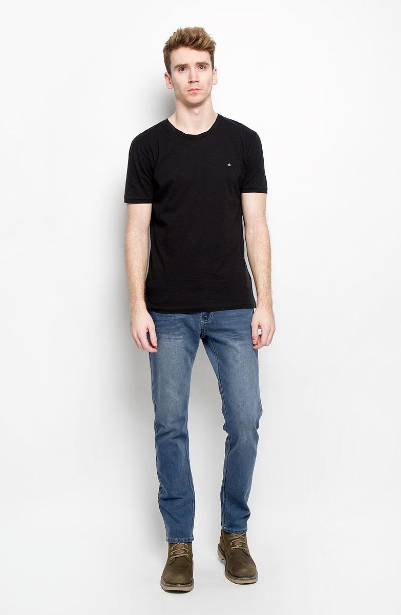 Джинсы мужские Top Secret, цвет: синий. SSP2134NI. Размер 34H (50)SSP2134NIСтильные мужские джинсы Top Secret - джинсы великолепного качества на каждый день, которые прекрасно сидят. Модель зауженного к низу кроя и средней посадки изготовлены из высококачественного материала, не сковывают движения. Застегиваются джинсы на пуговицу в поясе и ширинку на застежке-молнии, имеются шлевки для ремня. Спереди модель оформлены двумя втачными карманами и одним небольшим секретным кармашком, а сзади - двумя накладными карманами. Джинсы оформлены легким эффектом потертости. Эти модные и в тоже время комфортные джинсы послужат отличным дополнением к вашему гардеробу. В них вы всегда будете чувствовать себя уверенно и комфортно.