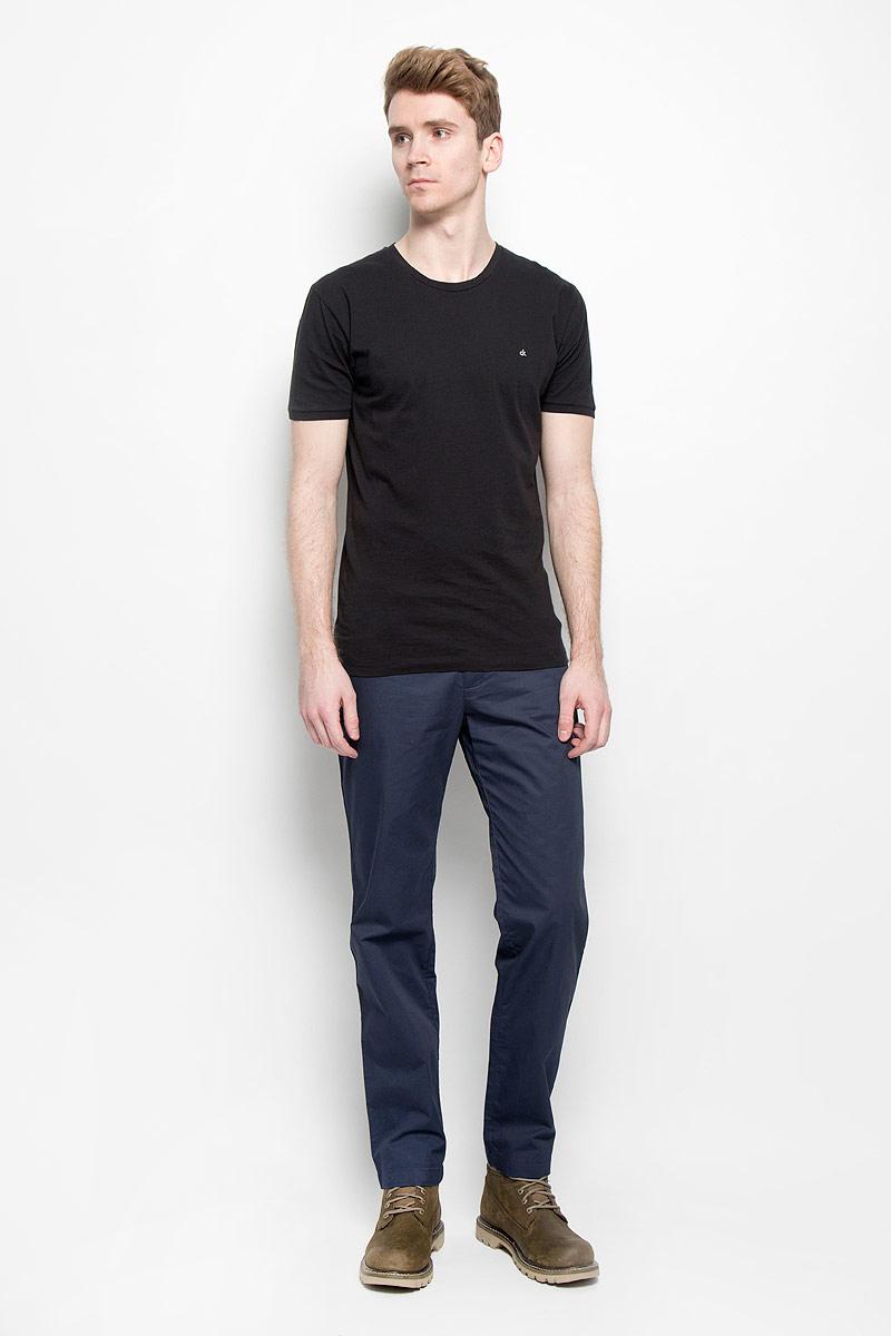 Брюки мужские Finn Flare, цвет: темно-синий. B16-22012. Размер XL (52)B16-22012Стильные мужские брюки Finn Flare - брюки высочайшего качества на каждый день, которые прекрасно сидят. Модель классического кроя и средней посадки изготовлена из натурального хлопка. Застегиваются брюки на пуговицу в поясе и ширинку на молнии, имеются шлевки для ремня. Спереди модель дополнена двумя втачными карманами, сзади - двумя втачными карманами на молниях. Эти модные и в тоже время комфортные брюки послужат отличным дополнением к вашему гардеробу. В них вы всегда будете чувствовать себя уютно и комфортно.