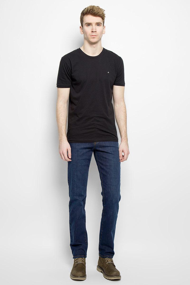Джинсы мужские F5, цвет: синий. 0965/51553_w.dark. Размер 33-34 (48/50-34)0965/51553_w.darkСтильные мужские джинсы F5 - джинсы высочайшего качества на каждый день, которые прекрасно сидят. Модель классического кроя и средней посадки изготовлена из высококачественного хлопка с добавлением полиэстера и эластана. Застегиваются джинсы на пуговицу в поясе и ширинку на молнии, имеются шлевки для ремня. Спереди модель дополнена двумя втачными карманами и одним небольшим секретным кармашком, а сзади - двумя накладными карманами. Джинсы оформлены контрастной отстрочкой. Эти модные и в тоже время комфортные джинсы послужат отличным дополнением к вашему гардеробу. В них вы всегда будете чувствовать себя уютно и комфортно.