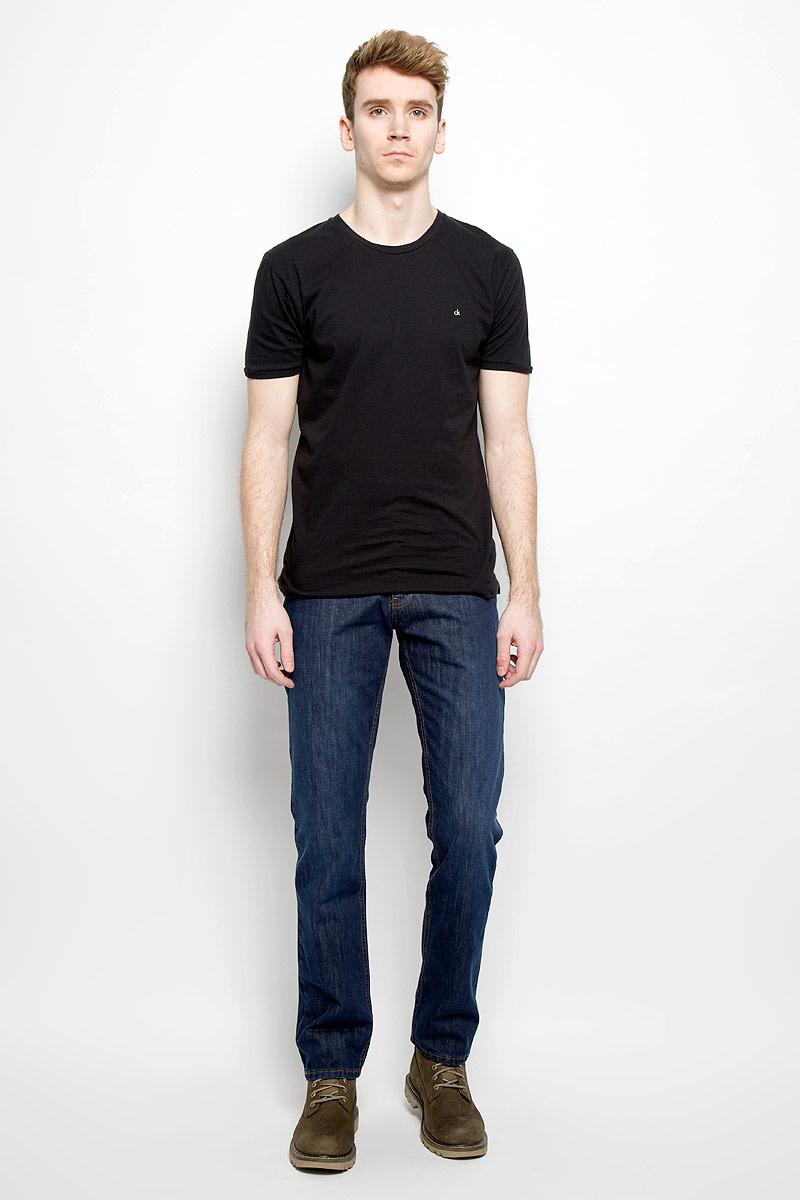 Джинсы мужские F5, цвет: синий. 09257/51664_w.dark. Размер 32-34 (48-34)09257/51664_w.darkСтильные мужские джинсы F5 - джинсы высочайшего качества на каждый день, которые прекрасно сидят. Модель классического кроя и средней посадки изготовлена из высококачественного хлопка с добавлением полиэстера и эластана. Застегиваются джинсы на пуговицу в поясе и ширинку на молнии, имеются шлевки для ремня. Спереди модель дополнена двумя втачными карманами и одним небольшим секретным кармашком, а сзади - двумя накладными карманами. Джинсы оформлены контрастной отстрочкой. Эти модные и в тоже время комфортные джинсы послужат отличным дополнением к вашему гардеробу. В них вы всегда будете чувствовать себя уютно и комфортно.