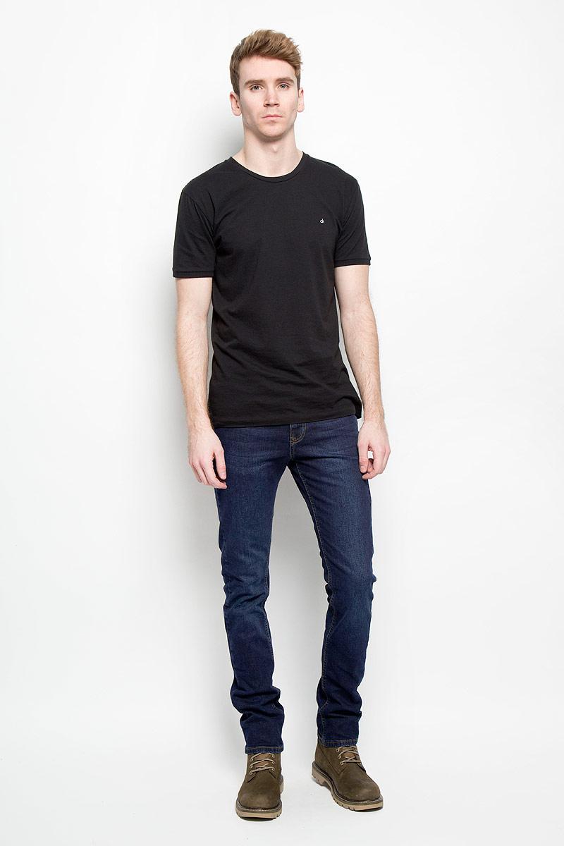 Джинсы мужские F5, цвет: темно-синий. 09568/6099_w.dark. Размер 34-34 (50-34)09568/6099_w.darkСтильные мужские джинсы F5 - джинсы великолепного качества на каждый день, которые прекрасно сидят. Модель slim средней посадки изготовлена из высококачественного материала, не сковывает движения. Застегиваются джинсы на пуговицу в поясе и ширинку на застежке-молнии, имеются шлевки для ремня. Спереди модель оформлена двумя втачными карманами и одним небольшим секретным кармашком, а сзади - двумя накладными карманами. Джинсы оформлены легким эффектом потертости и контрастной строчкой. Джинсы от F5 послужат отличным дополнением к вашему гардеробу. В них вы будете чувствовать себя уверенно и комфортно.
