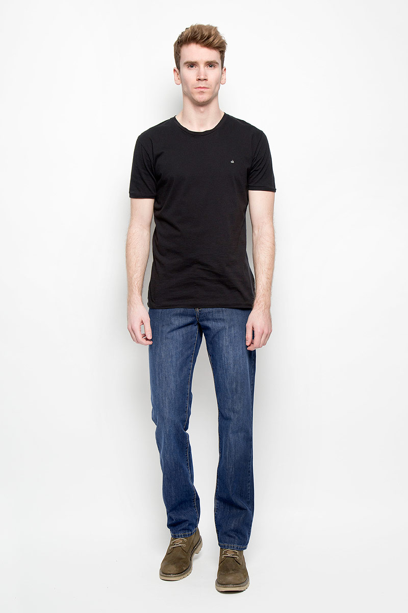 Джинсы мужские F5, цвет: темно-синий. 0965_w.medium. Размер 40-34 (54/56-34)0965_w.mediumСтильные мужские джинсы F5 прямого кроя и средней посадки изготовлены из 100% хлопка, не сковывают движения. Модель оформлена эффектом потертости. Застегиваются джинсы на пуговицу в поясе и ширинку на застежке-молнии, имеются шлевки для ремня. Спереди модель дополнена двумя втачными карманами и одним небольшим секретным кармашком, а сзади - двумя накладными карманами.Эти модные и в тоже время комфортные джинсы послужат отличным дополнением к вашему гардеробу. В них вы будете чувствовать себя уютно и комфортно.